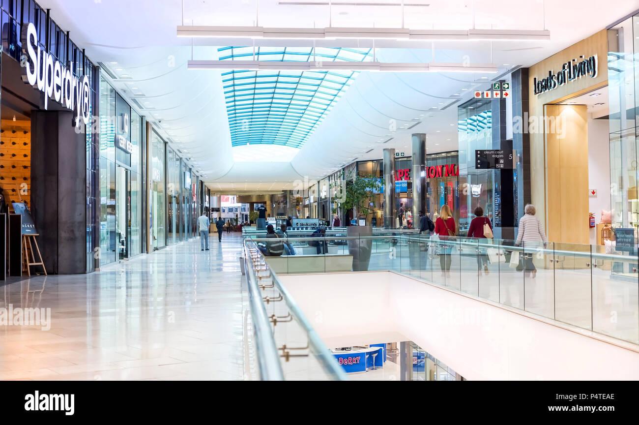 Johannesburg, Afrique du Sud, le 5 Mai - 2018: l'intérieur du centre commercial moderne. Banque D'Images