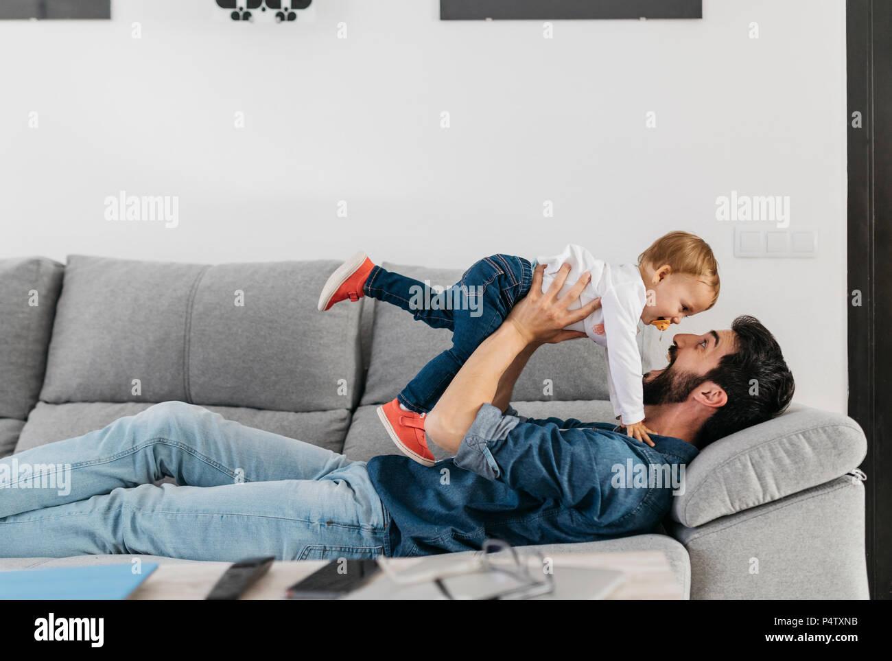 Père jouant avec sa fille à la maison Photo Stock