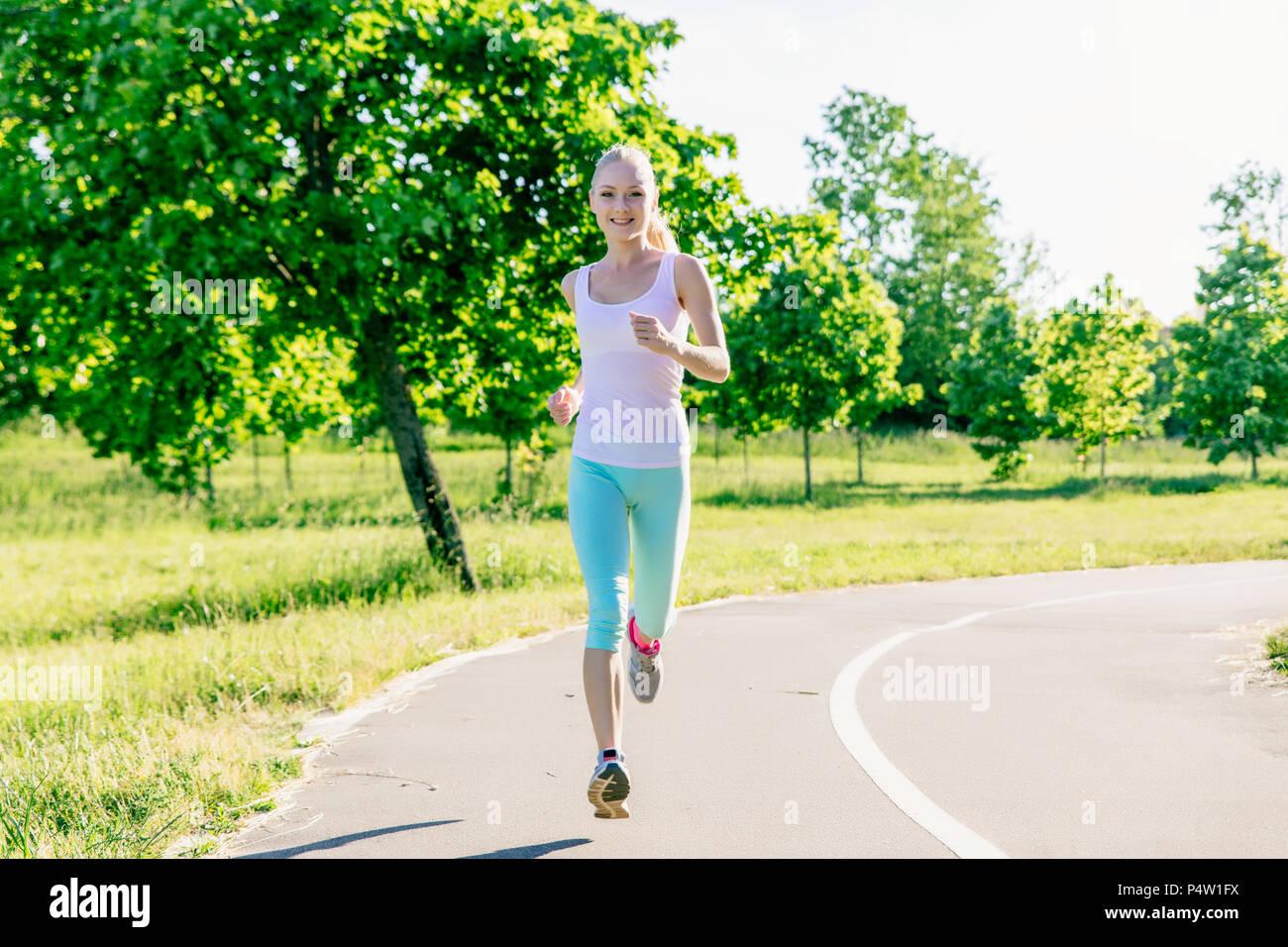 Belle jeune femme athlétique courir dans le parc Banque D Images ... 01cc4ef9b08