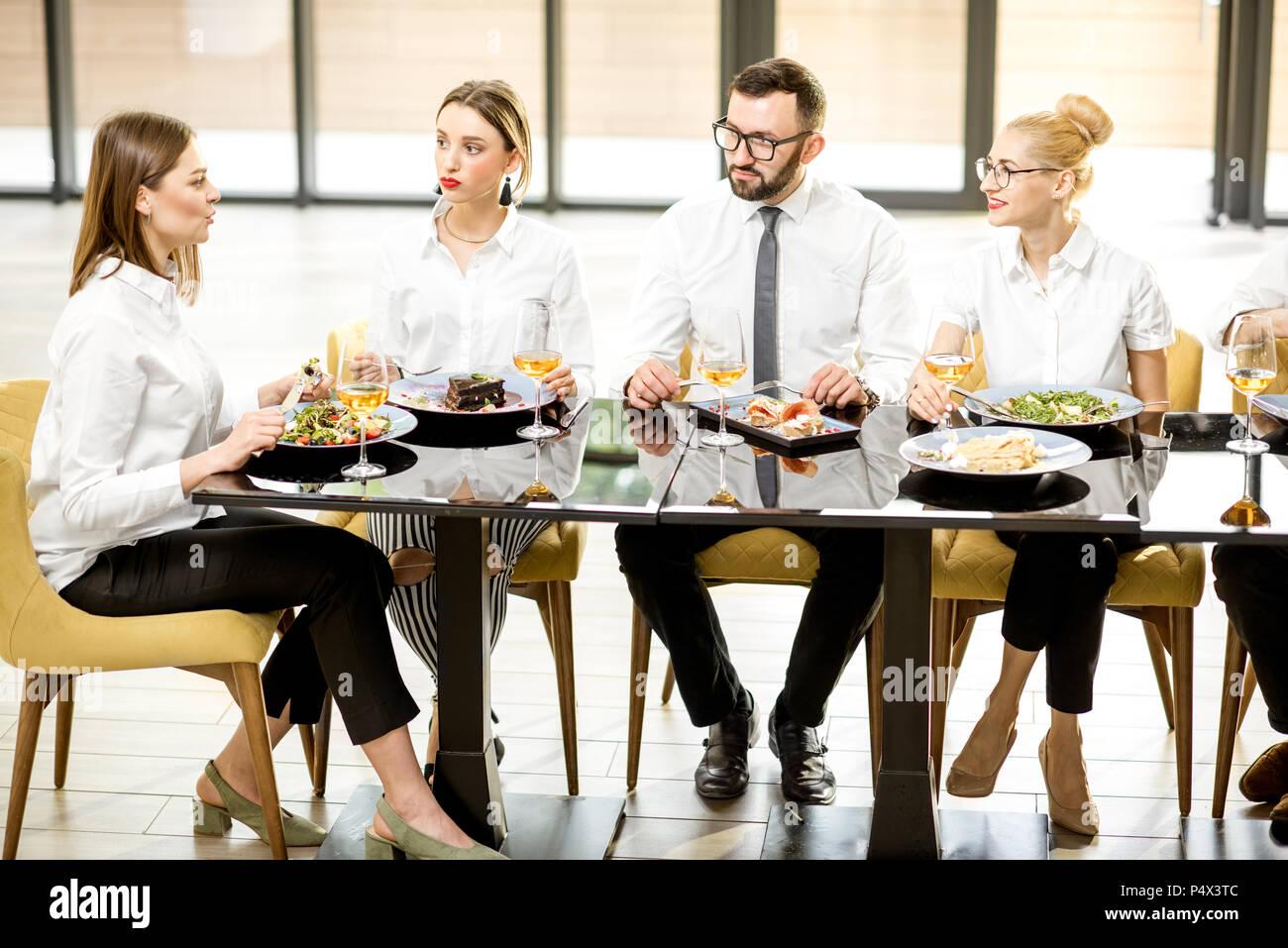 Les gens d'affaires au cours d'un déjeuner au restaurant Photo Stock