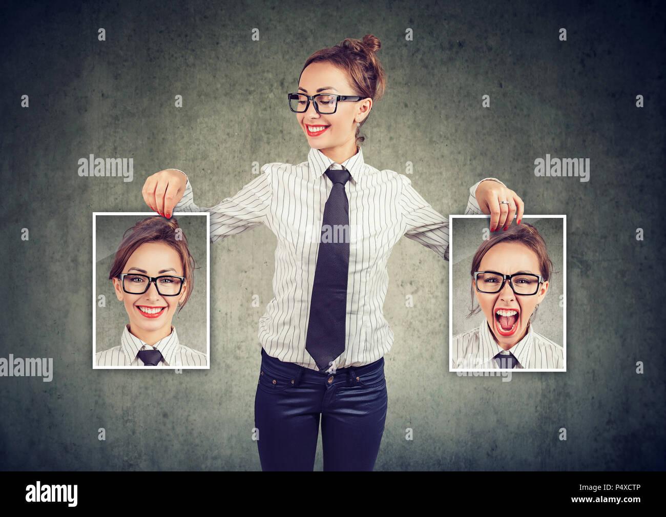 Jeune femme gaie dans les verres holding photos avec de bonnes et mauvaises émotions ayant de l'humeur et en souriant elle-même positive Photo Stock