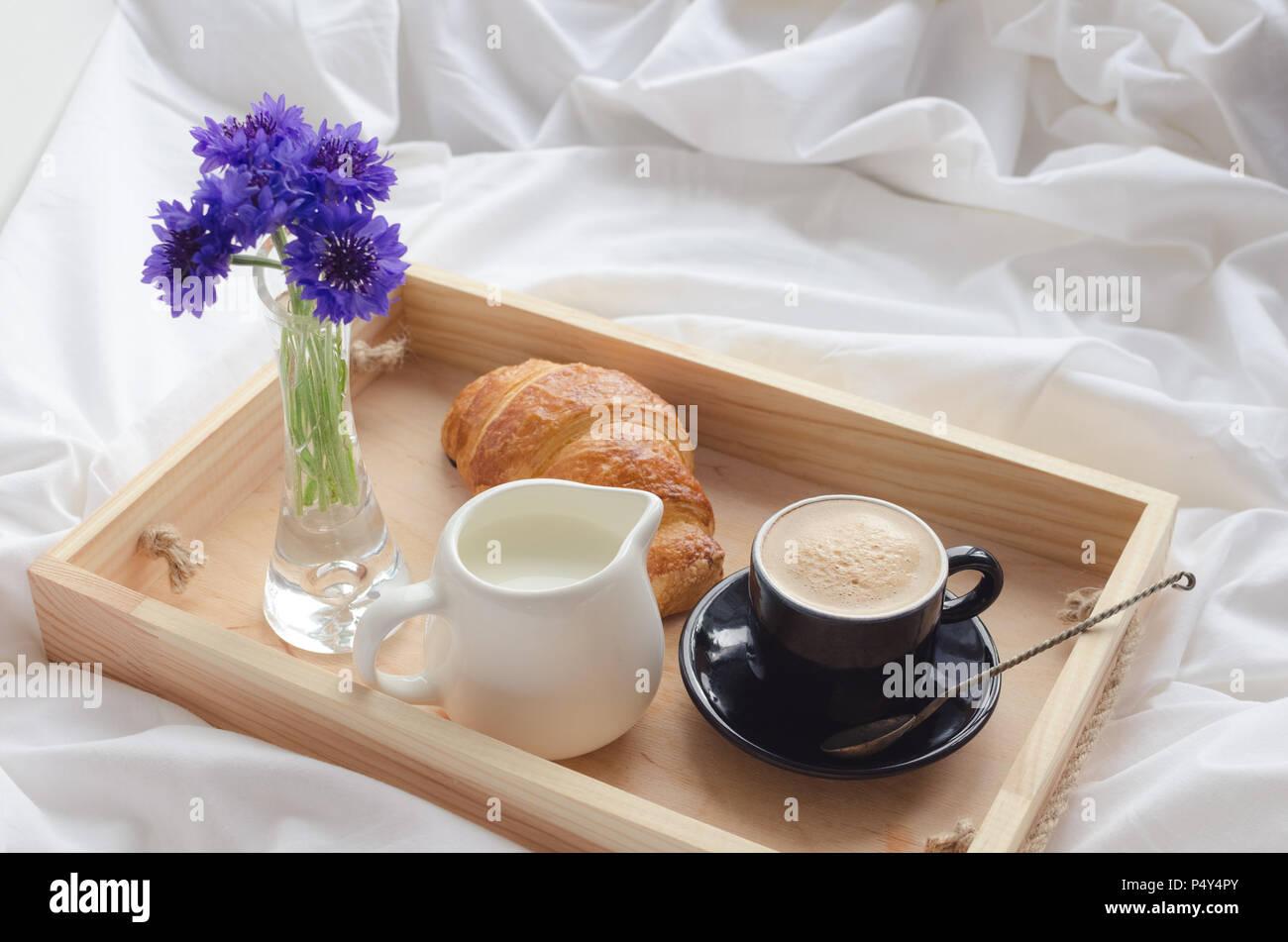 De l\'été romantique petit-déjeuner au lit, plateau avec croissant ...