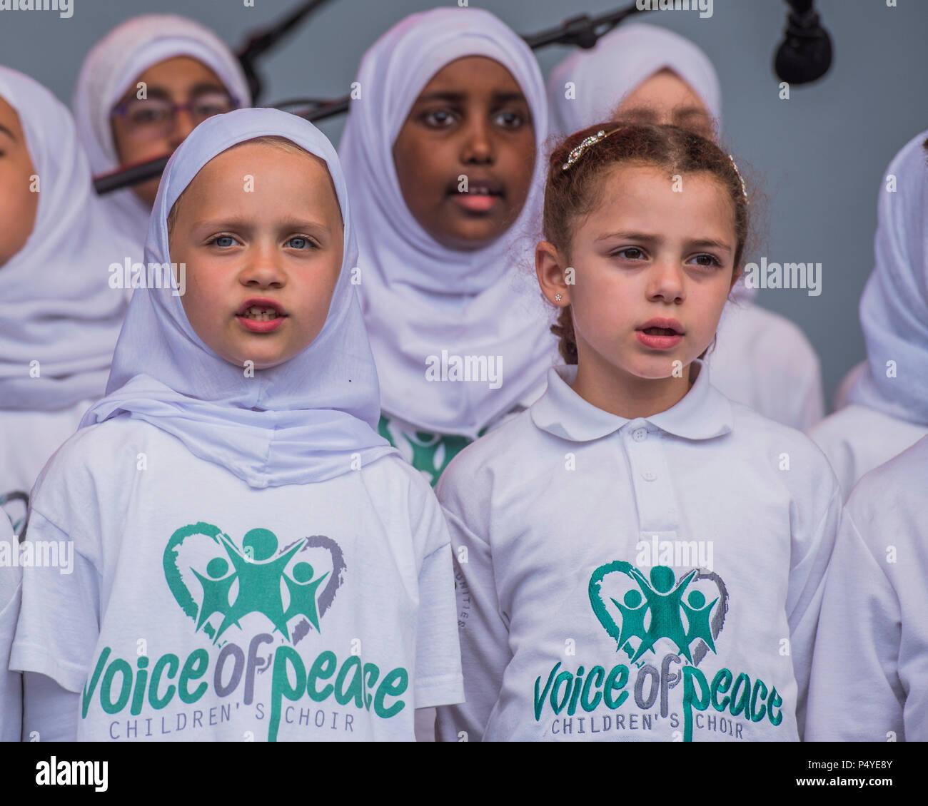 Londres, Royaume-Uni. 23 juin 2018. Voix de la paix Chorale pour enfants - 13e Festival de l'aïd sur Trafalgar Square pour célébrer la fin du Ramadan. Crédit: Guy Bell/Alamy Live News Banque D'Images
