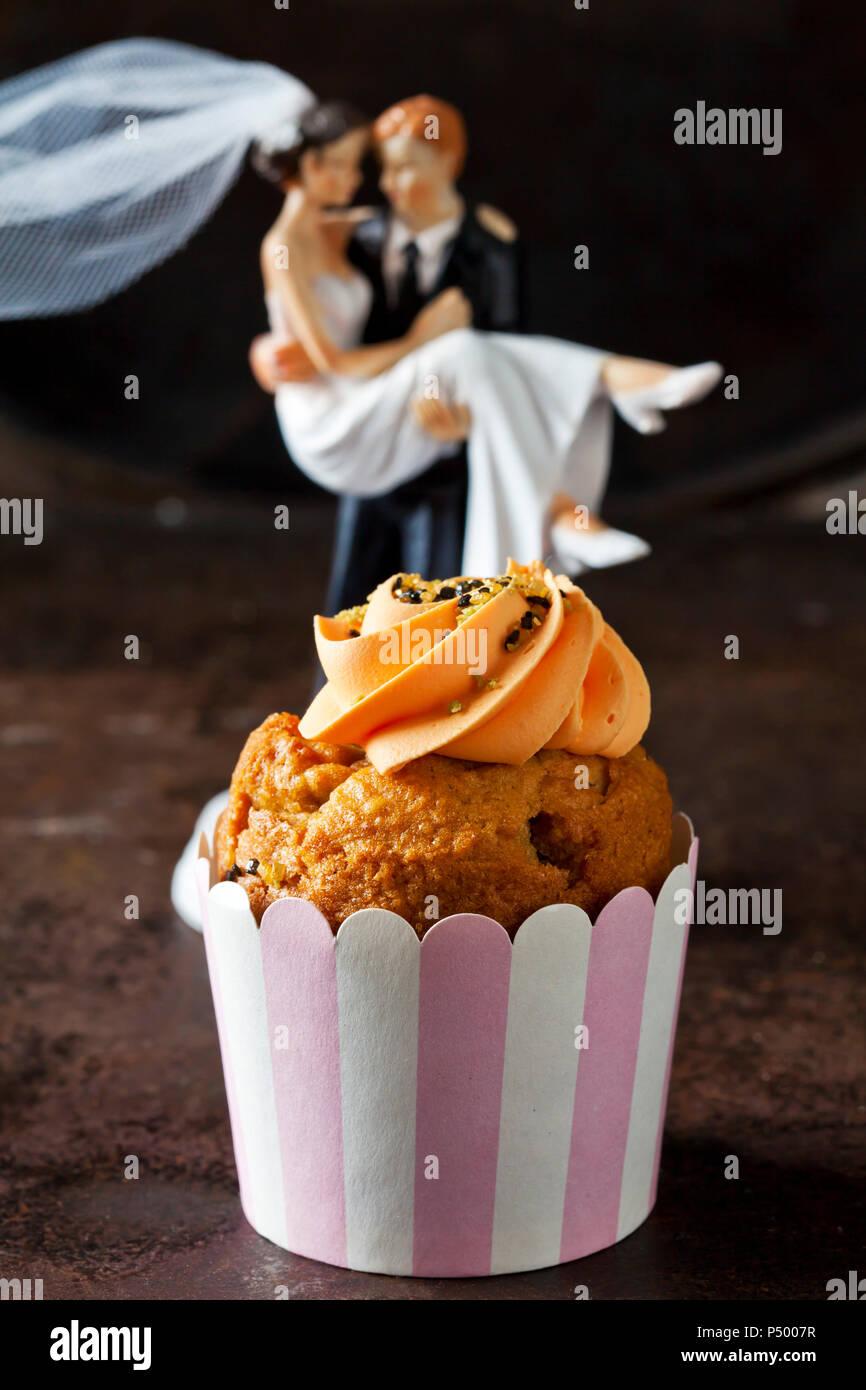Carotte cup cake garni de sucre, nappage et carotte en massepain Photo Stock