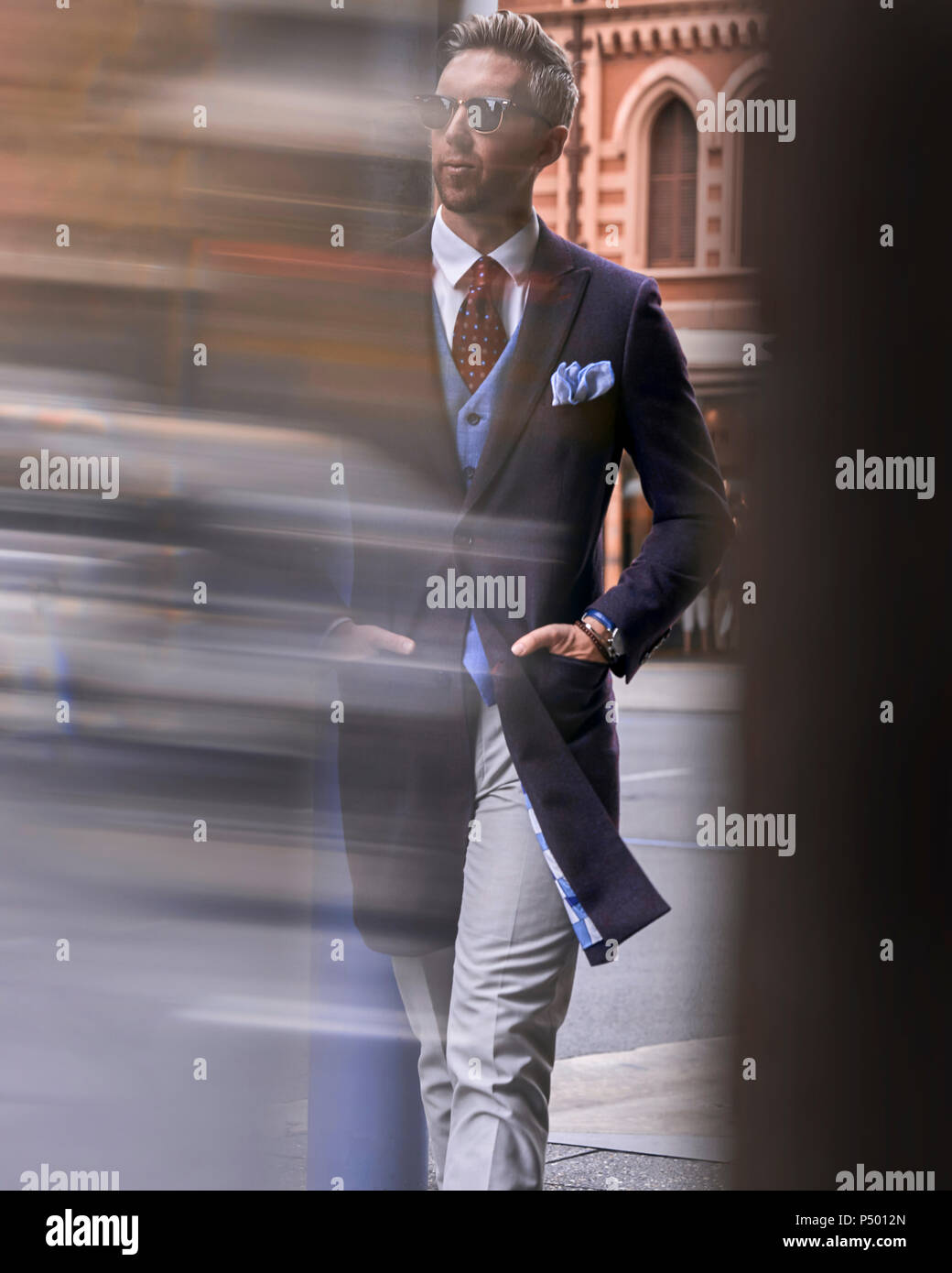 Fashion blogger Steve Tilbrook marcher dans la ville Photo Stock