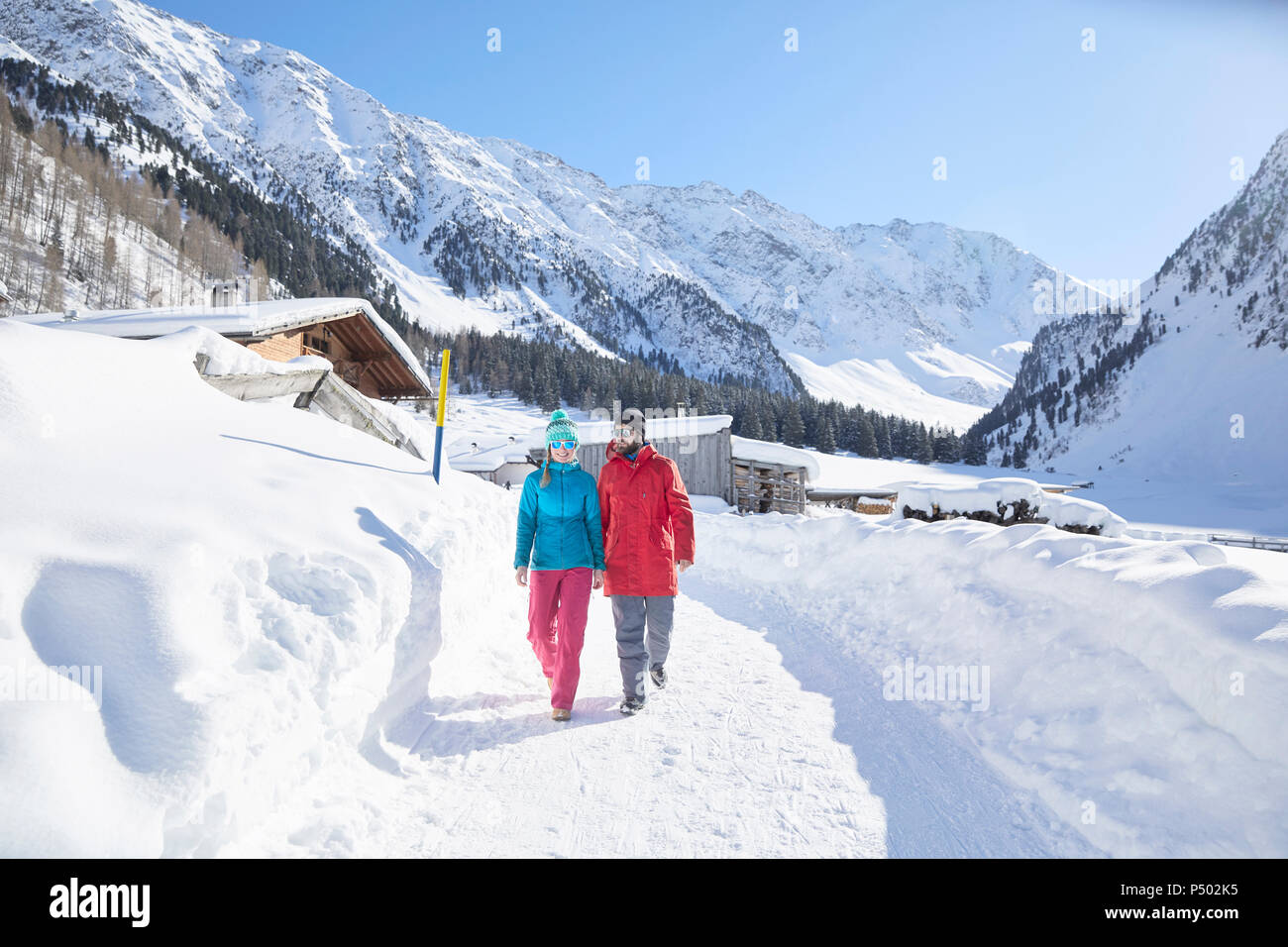 Couple marchant dans un paysage couvert de neige Photo Stock