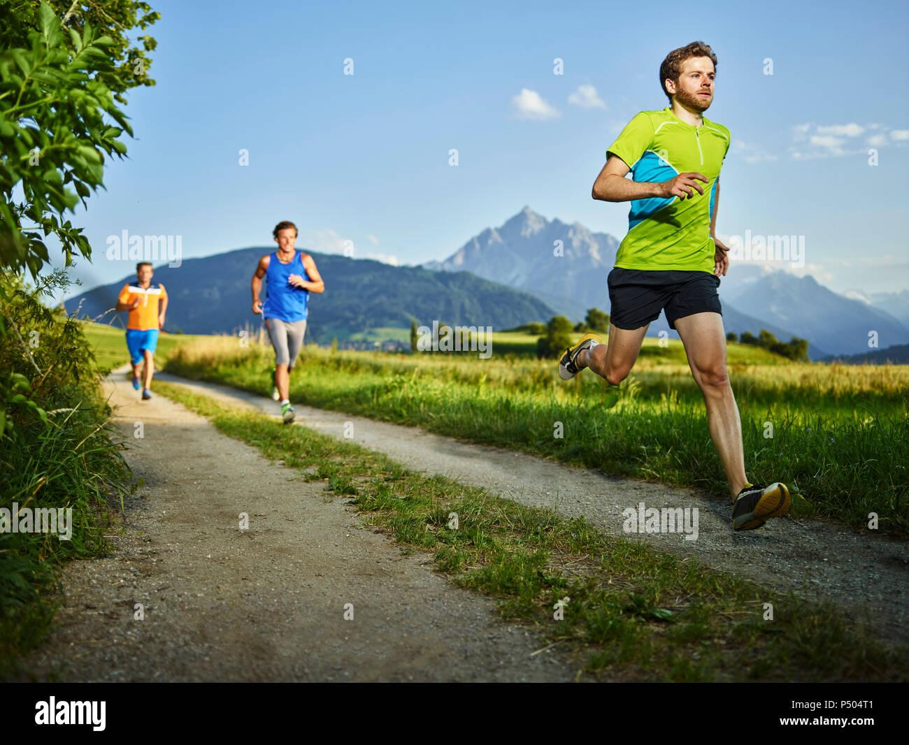 Les athlètes s'exécutant sur Trajectoire du champ Photo Stock