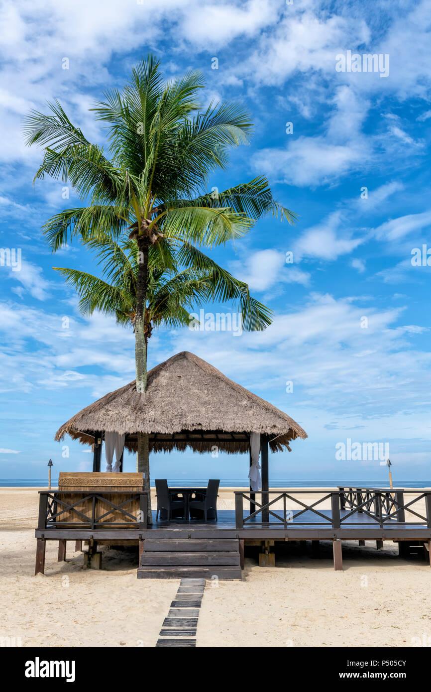 La Pagode et palmier sur la plage de Bornéo, Malaisie Photo Stock