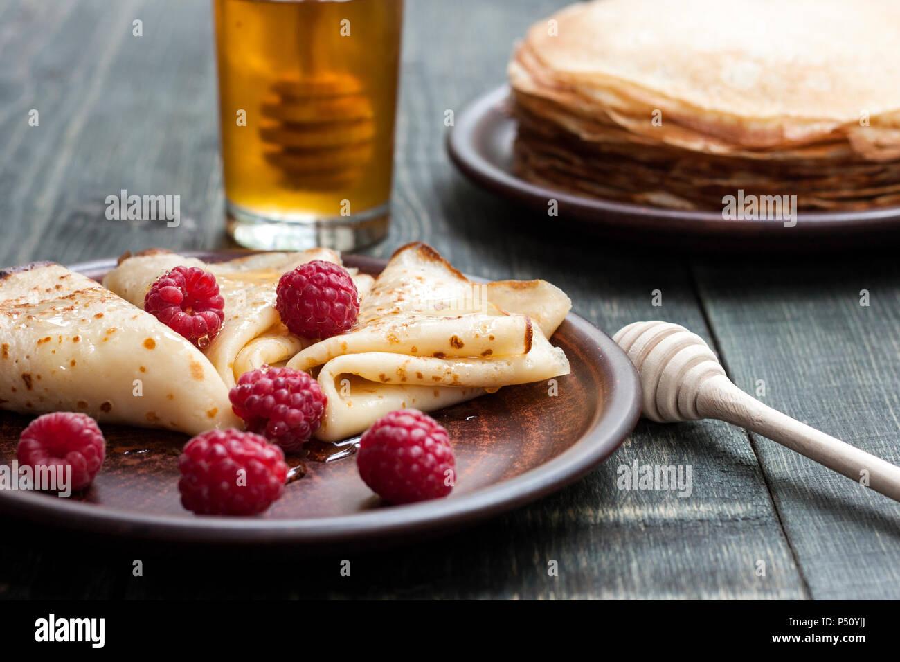 Des crêpes au miel et de fruits Photo Stock