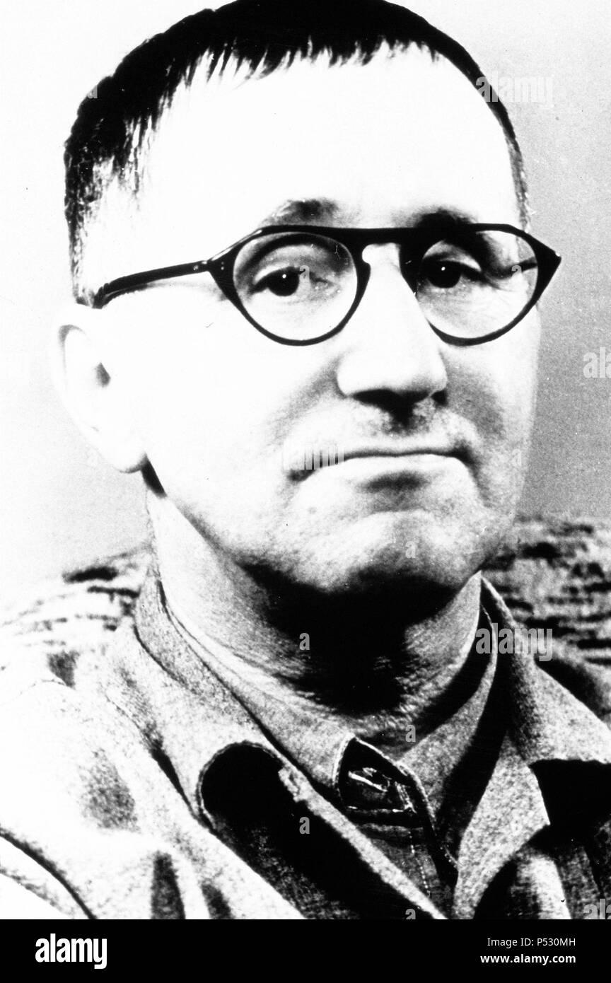 Bertolt Brecht, poète, dramaturge et directeur de théâtre Banque D ...