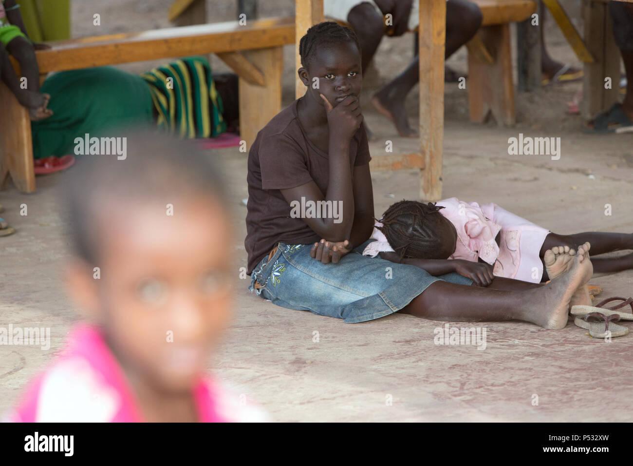 Kakuma, Kenya - La mère et l'enfant d'attendre dans la zone de traitement du patient de __La maternité maternelle du Johanniter aide étrangère dans le camp de réfugiés de Kakuma. Photo Stock