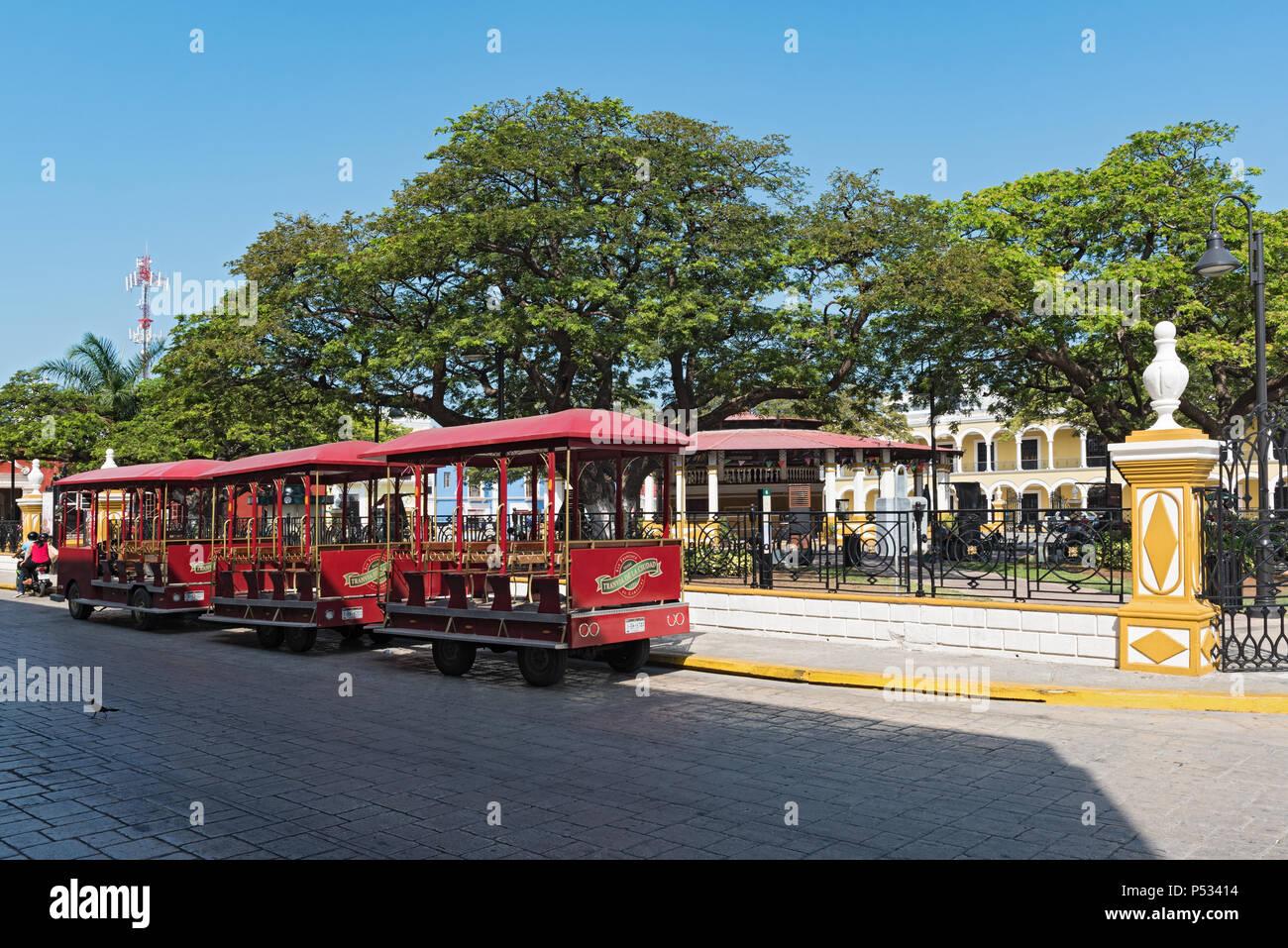 Place de l'indépendance avec le train touristique, Campeche, Mexique Photo Stock