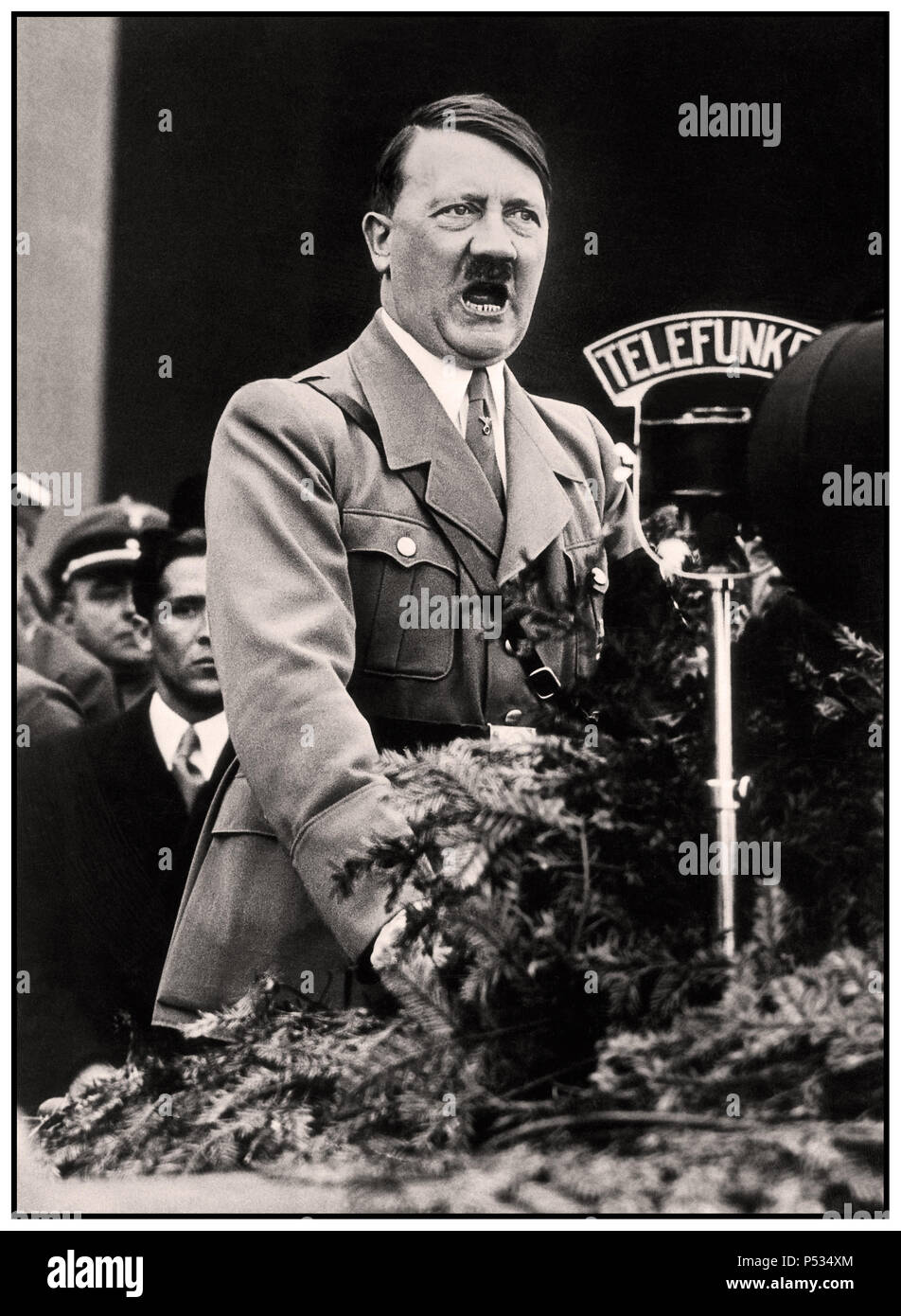 1930 Discours d'Adolf Hitler avec Microphone Radio Telefunken broadcasting à la nation allemande debout à la tribune de la plate-forme à un rassemblement du parti nazi à Nuremberg Allemagne Photo Stock