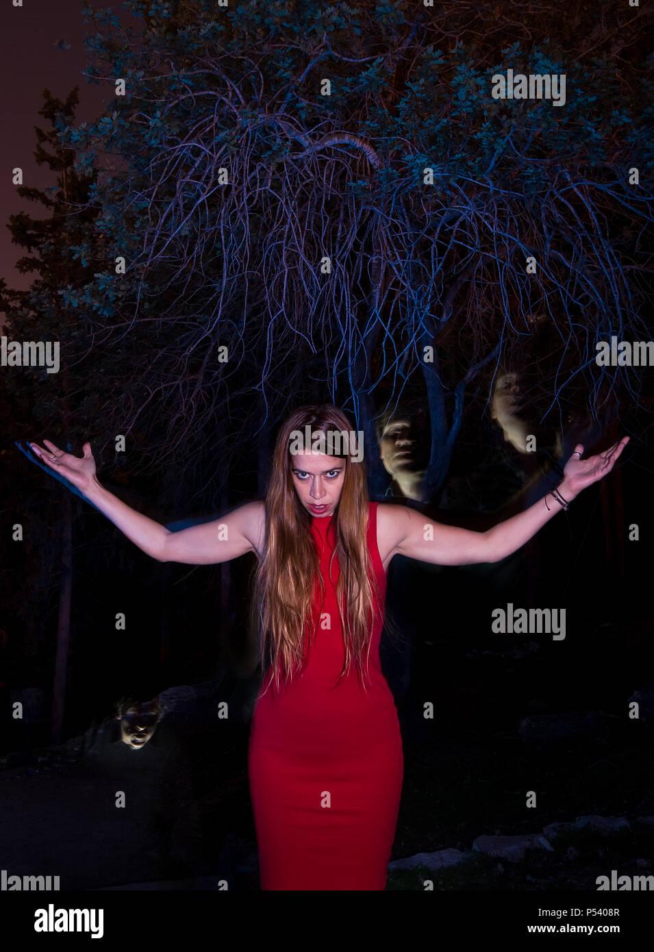 Un levage femmes ses mains dans la nuit et d'assignation d'ghosts Photo Stock