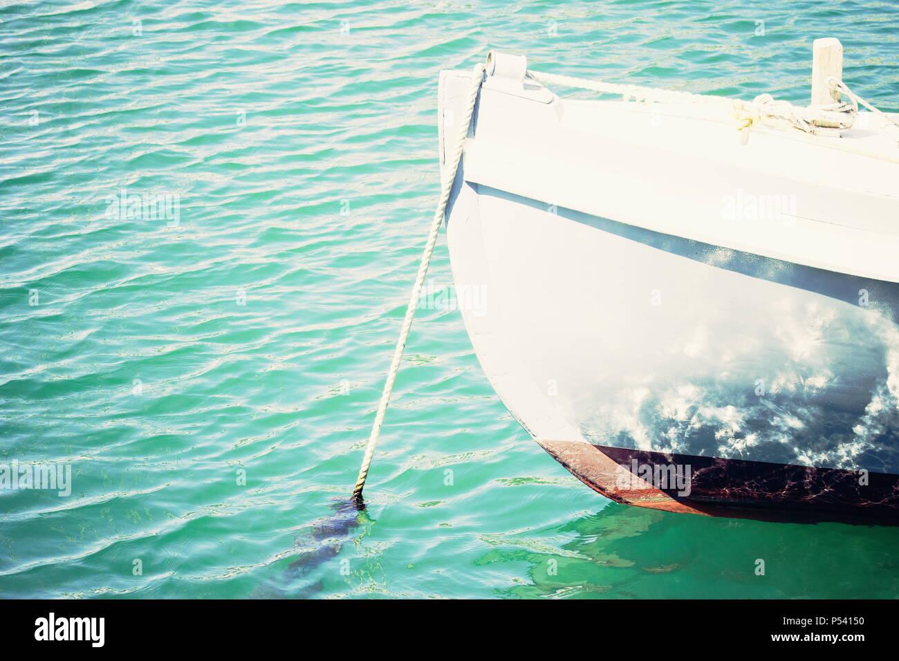 Close up image d'un canot amarré en agitant légèrement avec de l'eau exemplaire de l'espace. Photo Stock
