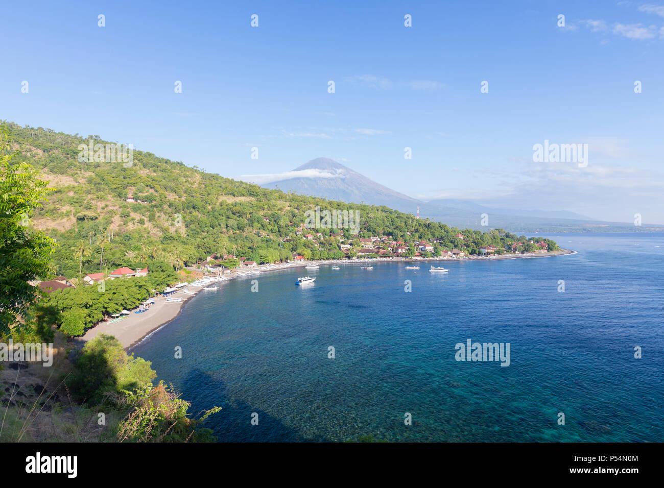 Plage d'Amed avec le volcan Agung en arrière-plan, Bali, Indonésie Photo Stock