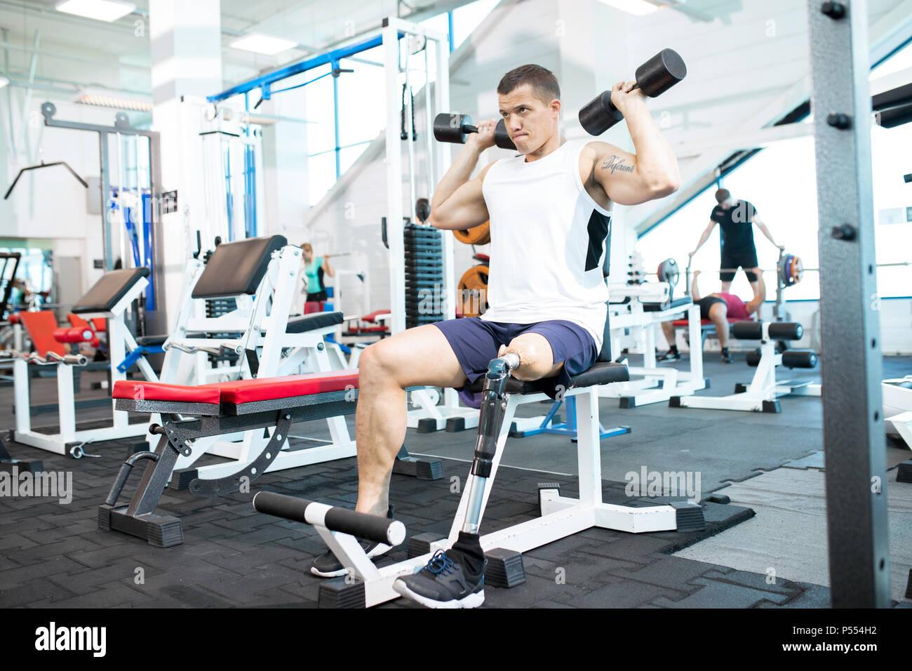 Formation en salle de sport sportif handicapé Photo Stock