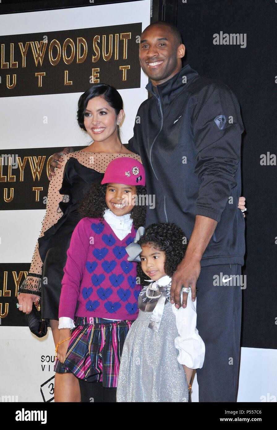 a62f05bff5393 Kobe Bryant avec femme Vanessa , Filles Natalia & Gianna main et pied  Imprimer Cérémonie au Chinese ...
