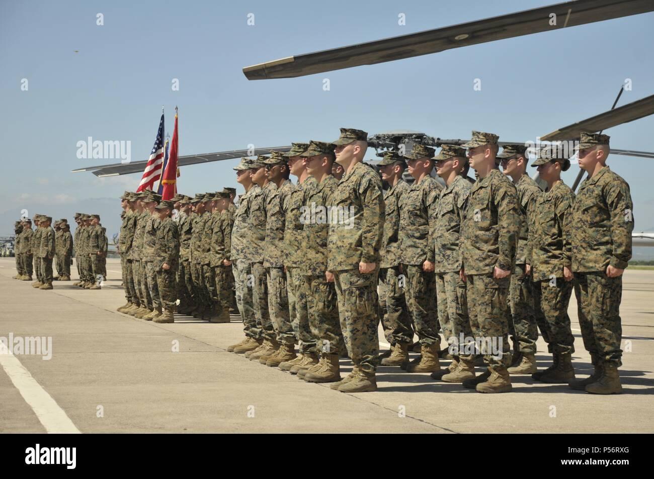 Marines avec des Groupe de travail air-sol marin - Southern Command au garde à vous en attendant l'ordre du commandant des troupes au cours de la cérémonie d'ouverture de l'unité à bord de la Base Aérienne de Soto Cano, le Honduras, le 11 juin 2018, 11 juin 2018. Les Marines et les marins d'SPMAGTF-SC effectuera la coopération de sécurité et de formation projets d'ingénierie avec des forces militaires de la nation d'Amérique centrale et du Sud au cours de leur déploiement. L'unité est également prêt à fournir une aide humanitaire et des secours en cas d'ouragan ou d'une autre situation d'urgence dans la région. (U.S. Marin Photo Stock