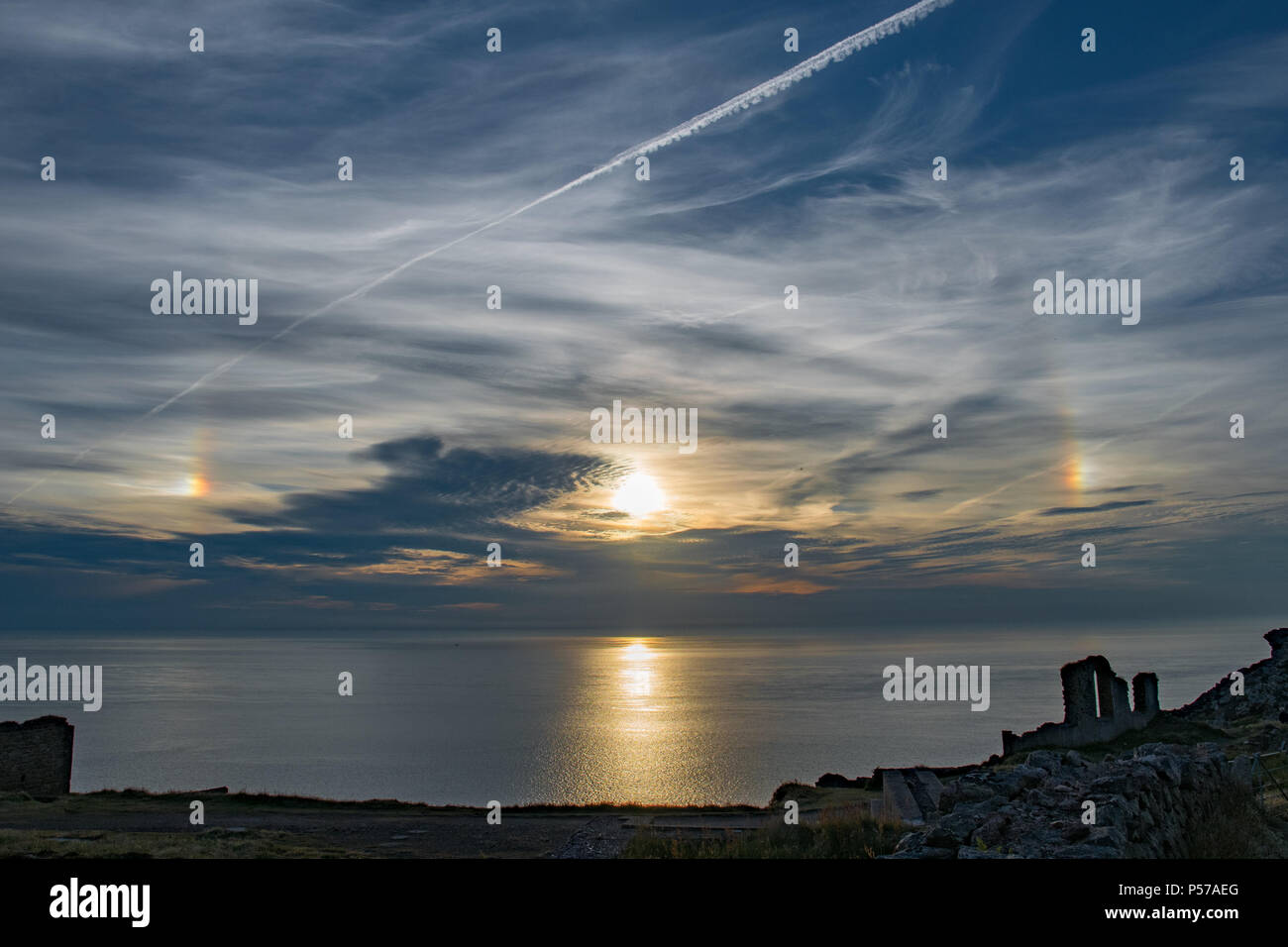 Parhelion Sundog ou autour du soleil couchant sur la mer à Botallack à Cornwall Photo Stock