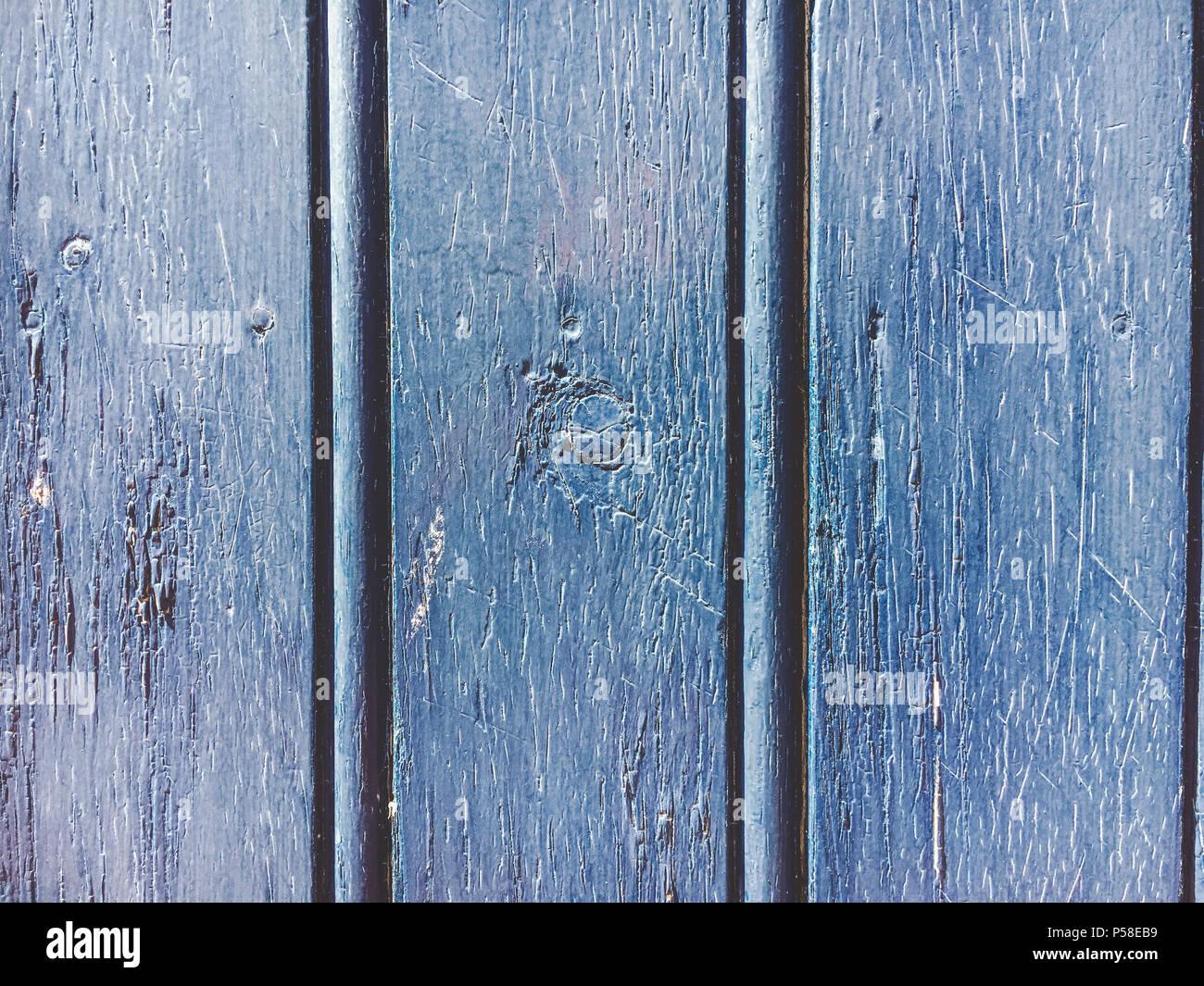 une vieille couleur bleu marine de mur en bois avec la lumière du