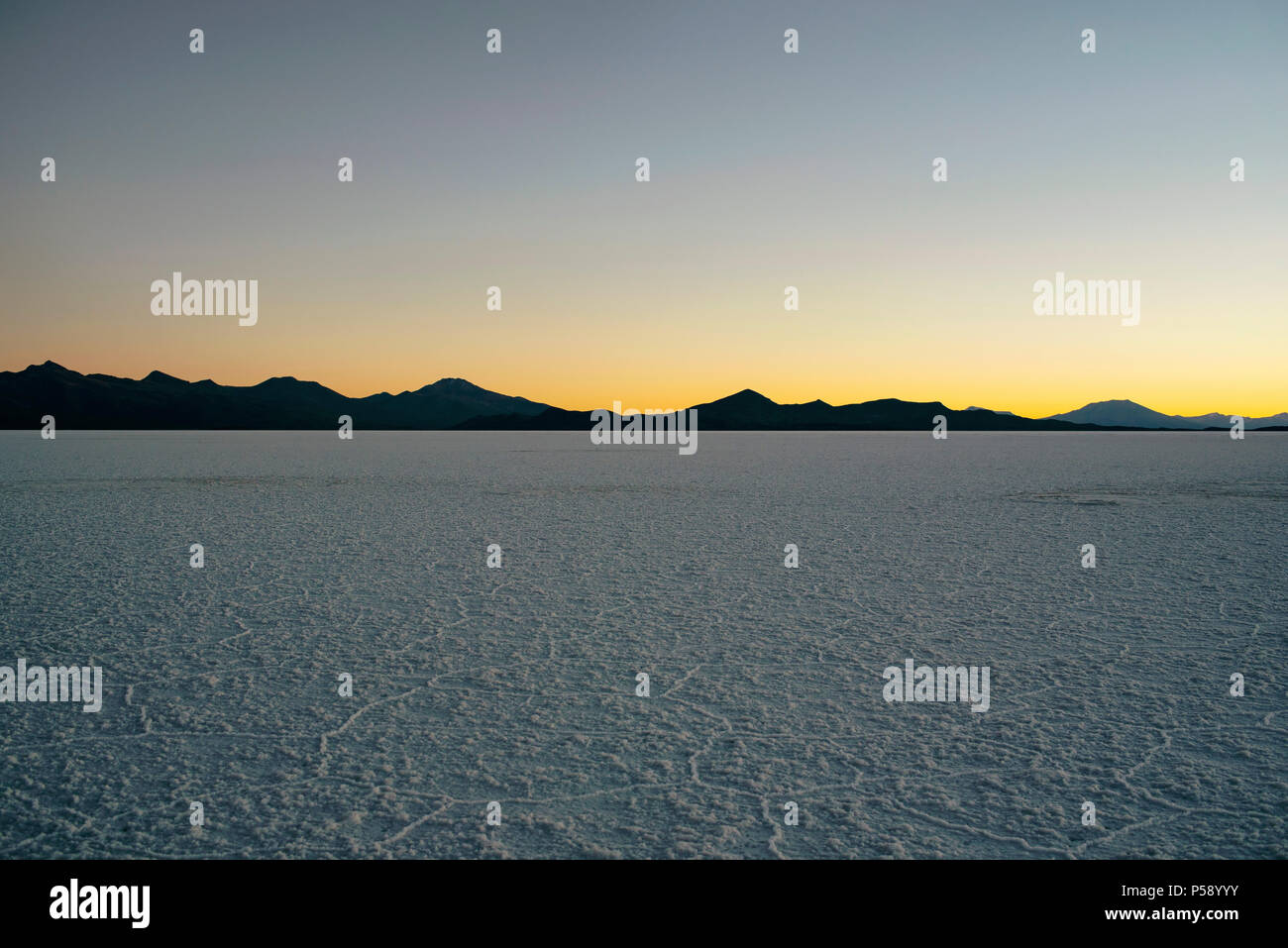 Coucher du soleil dans les salines (Salar de Uyuni), Bolivie, Amérique du Sud Photo Stock