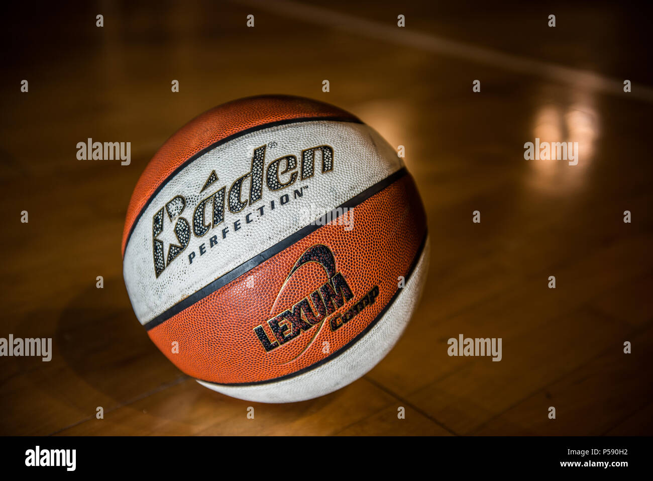 Sol Terrain De Basket un terrain de basket-ball éclairés sur le sol de la cour