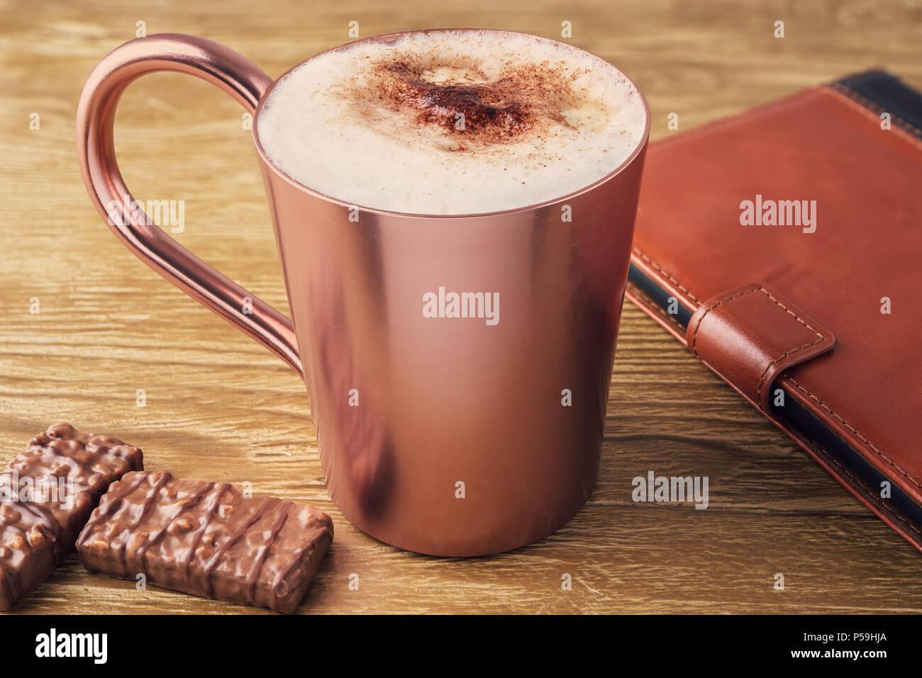 Tasse de café et e-reader sur un bureau en bois Vintage Retro.tonifiant. Photo Stock