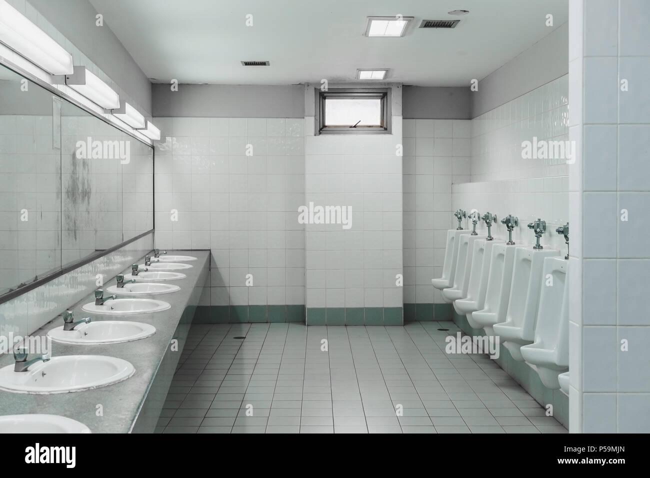 Les toilettes et salle de bain int rieur avec lavabo ou wc for Arredo bagno stock