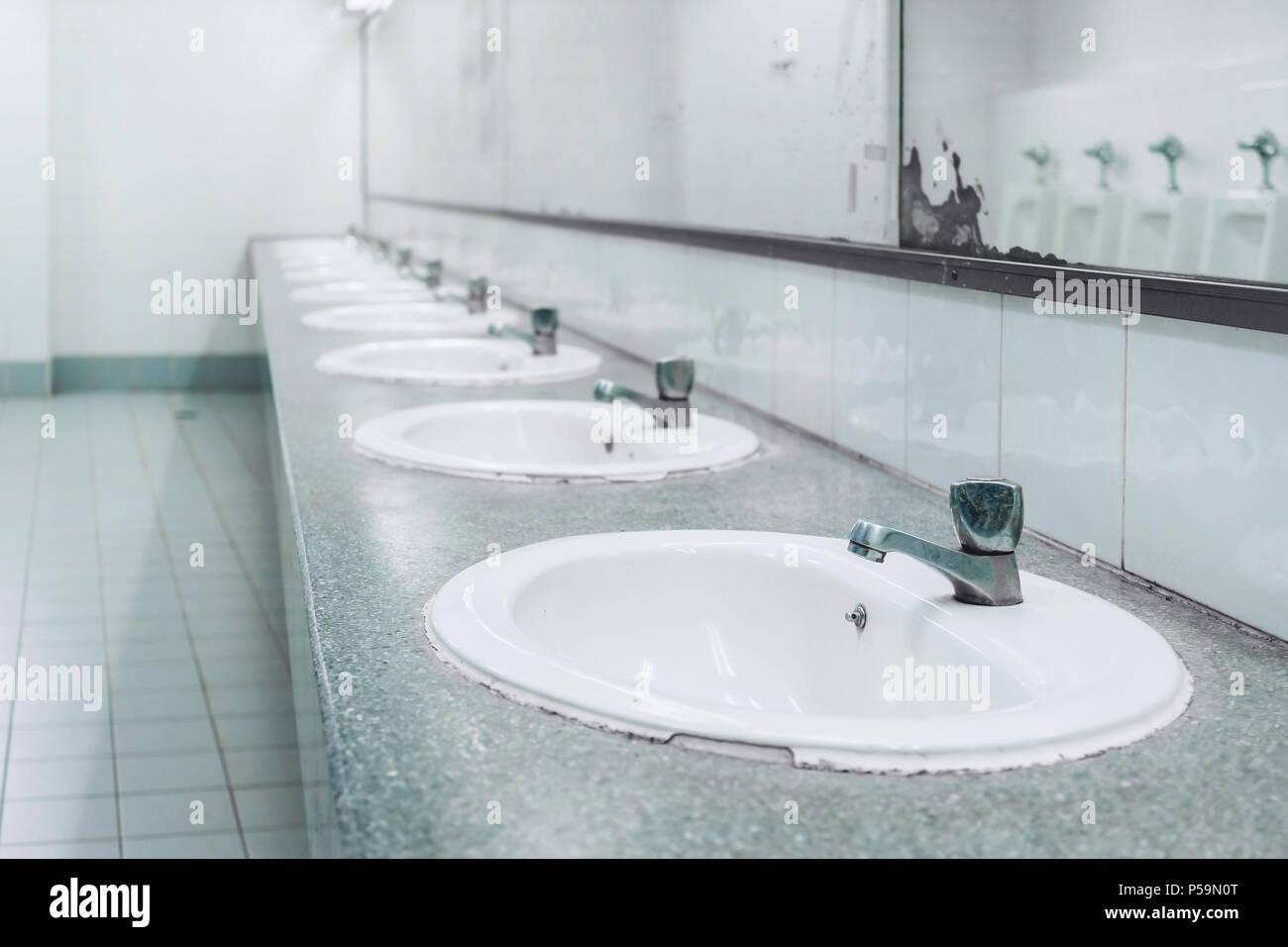 les toilettes et salle de bains avec lavabo blanc. Black Bedroom Furniture Sets. Home Design Ideas