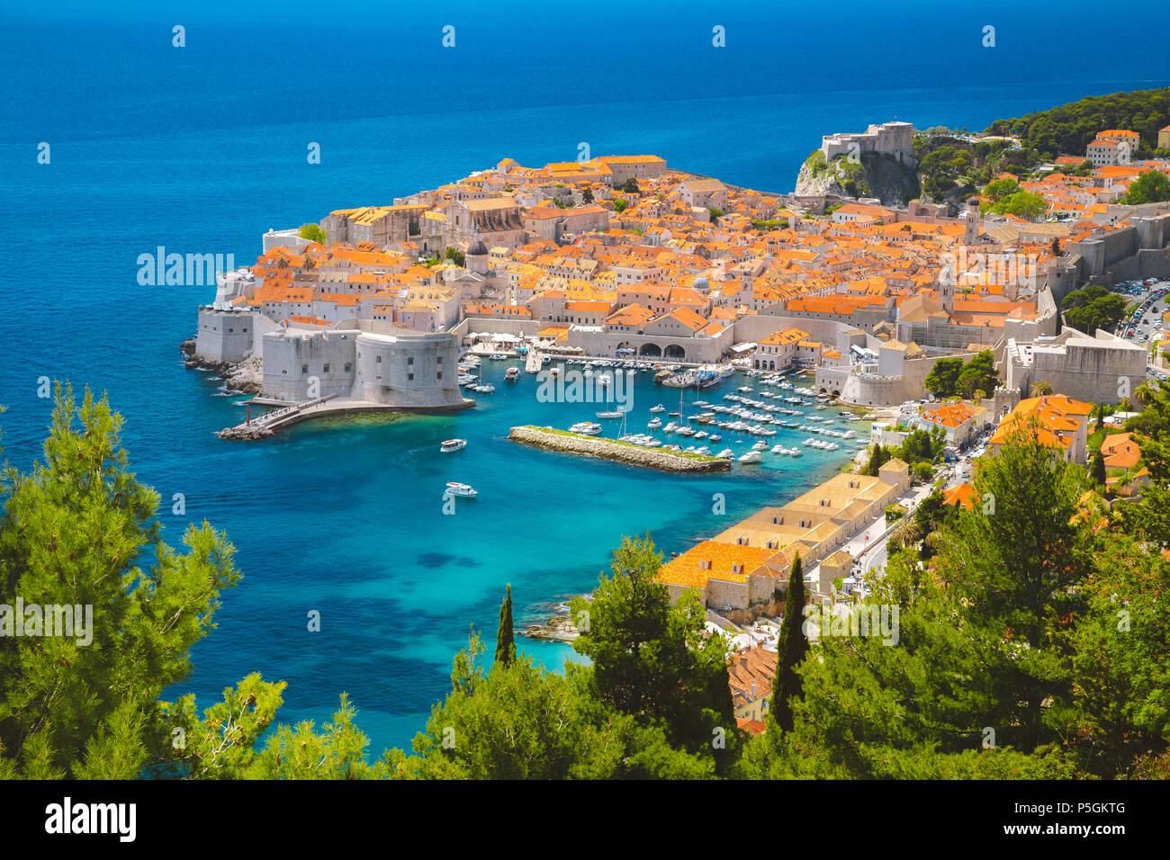 Vue panoramique vue aérienne de la ville historique de Dubrovnik, l'une des plus célèbres destinations touristiques de la Méditerranée, de Srd mountain Photo Stock