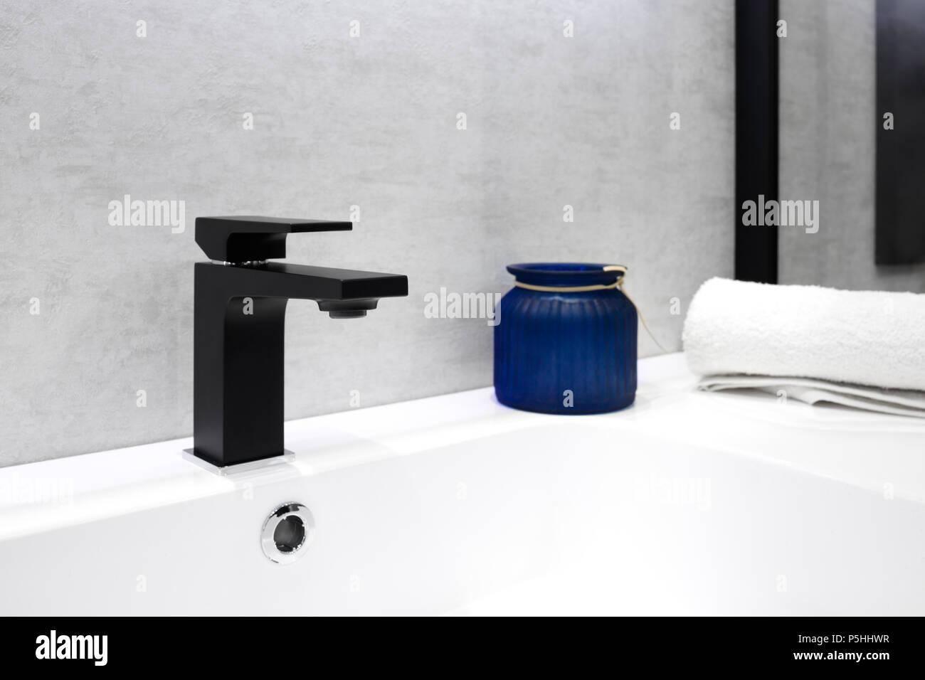 Salle de bains avec intérieur gris noir blanc lavabo robinet style ...