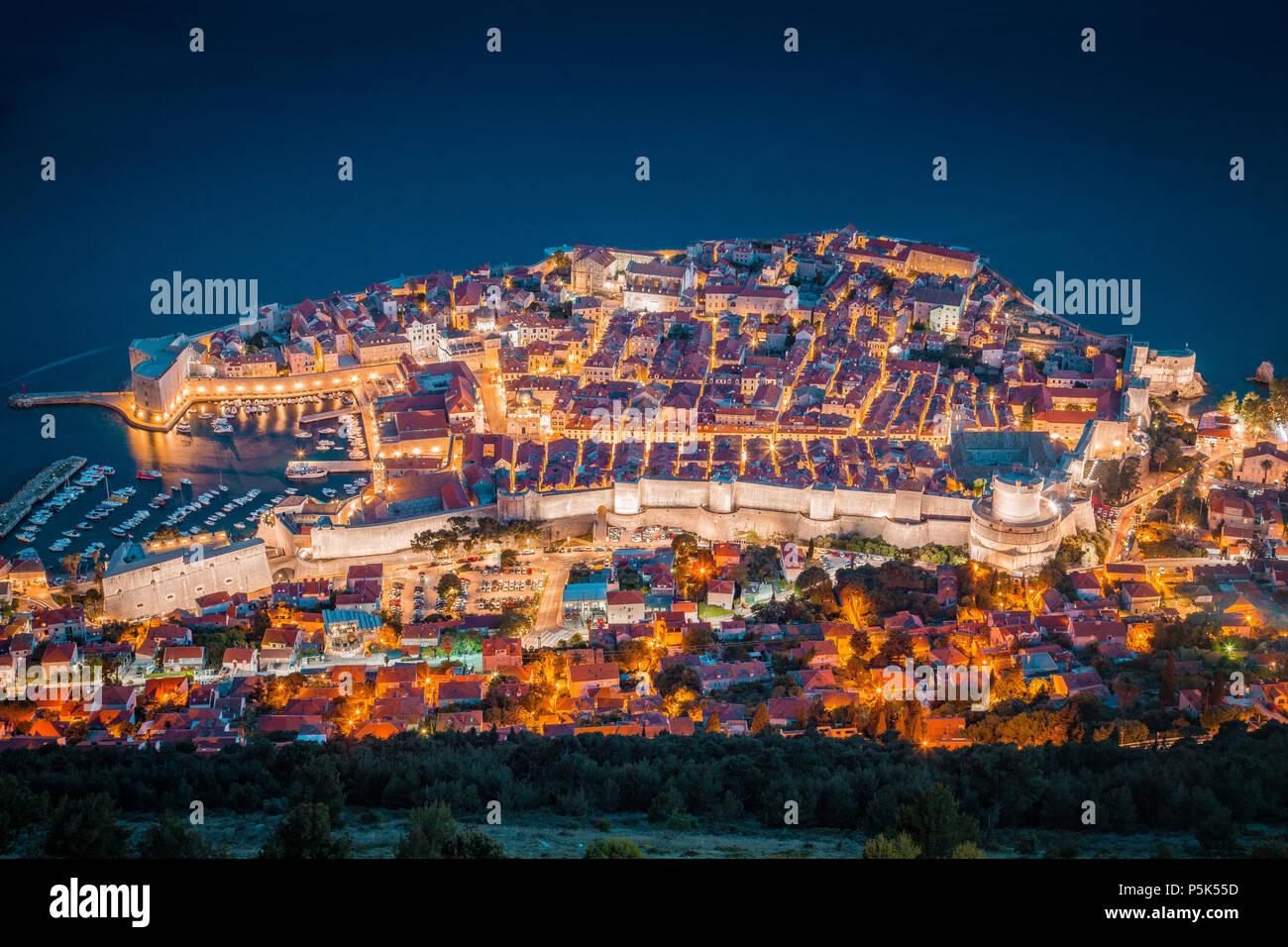 Vue panoramique vue aérienne de la ville historique de Dubrovnik, l'une des plus célèbres destinations touristiques de la Méditerranée, dans un beau soir tw Photo Stock