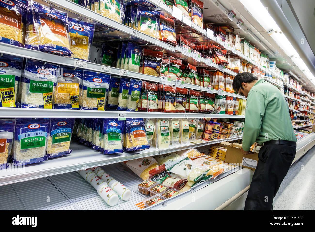 Naples Floride supermarché épicerie Publix shopping intérieur réfrigérateur  Produits laitiers Fromage cas réapprovisionnement des étagères afficher d26184f2754c