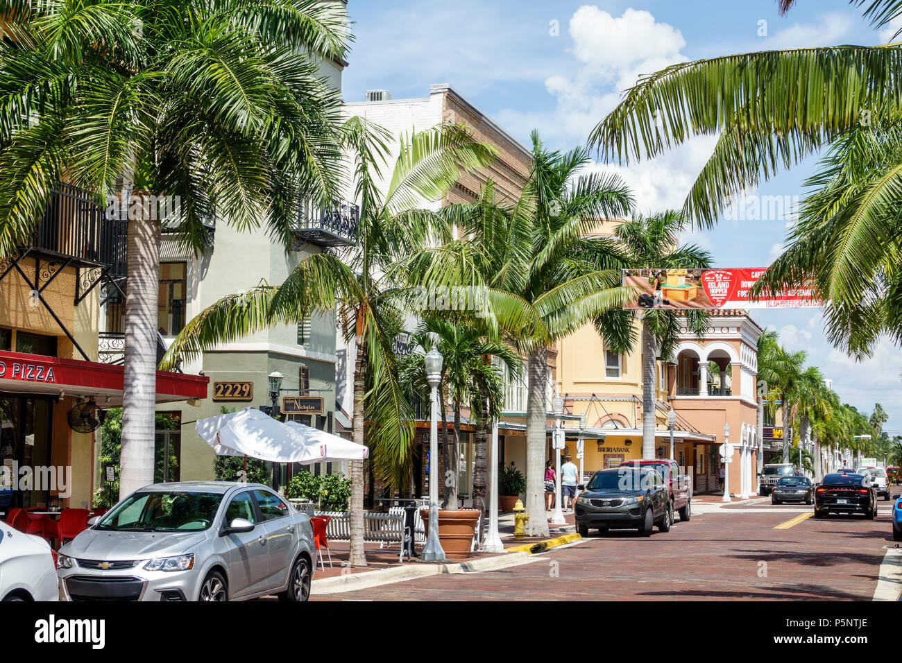 Fort Ft. Myers Florida River District 1ère Street quartier commerçant du centre-ville entreprises développement économique zone commerciale des voitures en stationnement palm tre Photo Stock
