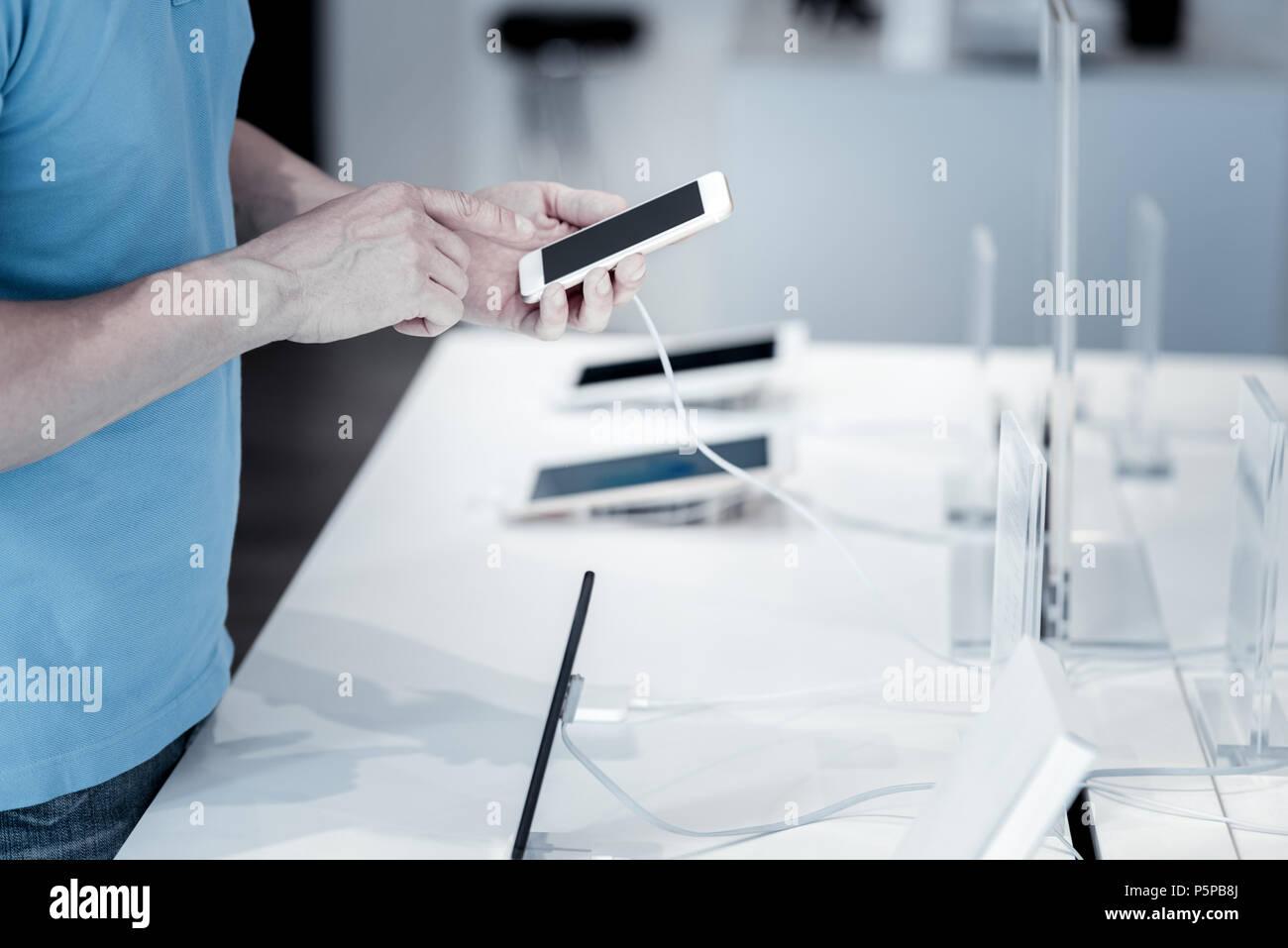 Incroyable petit smartphone dans les mains d'un client Photo Stock