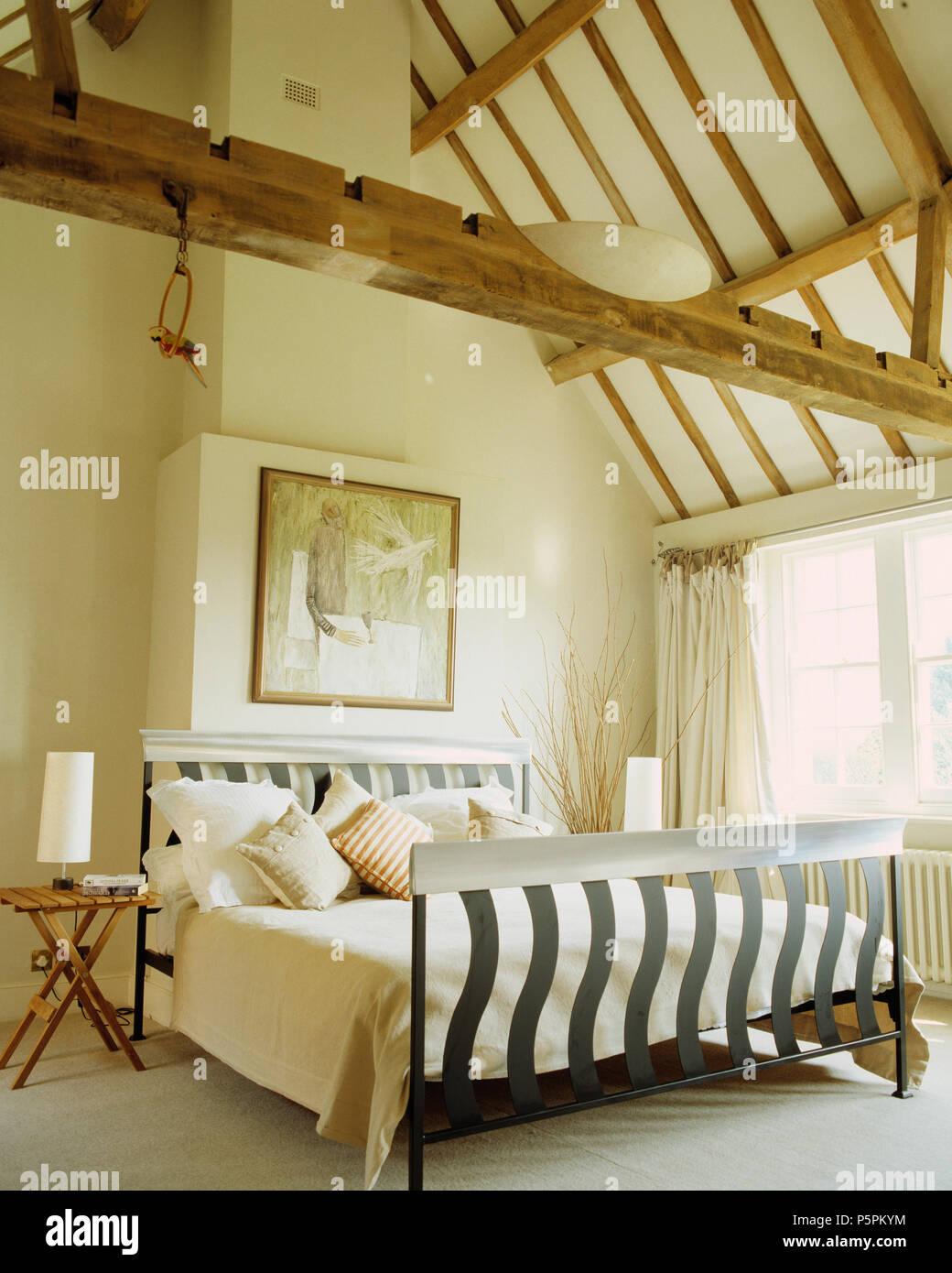 Metal moderne lit avec couette et coussins crème crème ...
