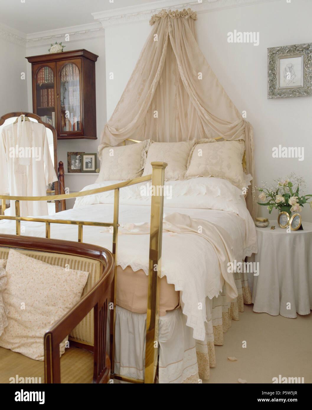 Coronet crème avec rideaux voile au-dessus de lit en laiton avec ...