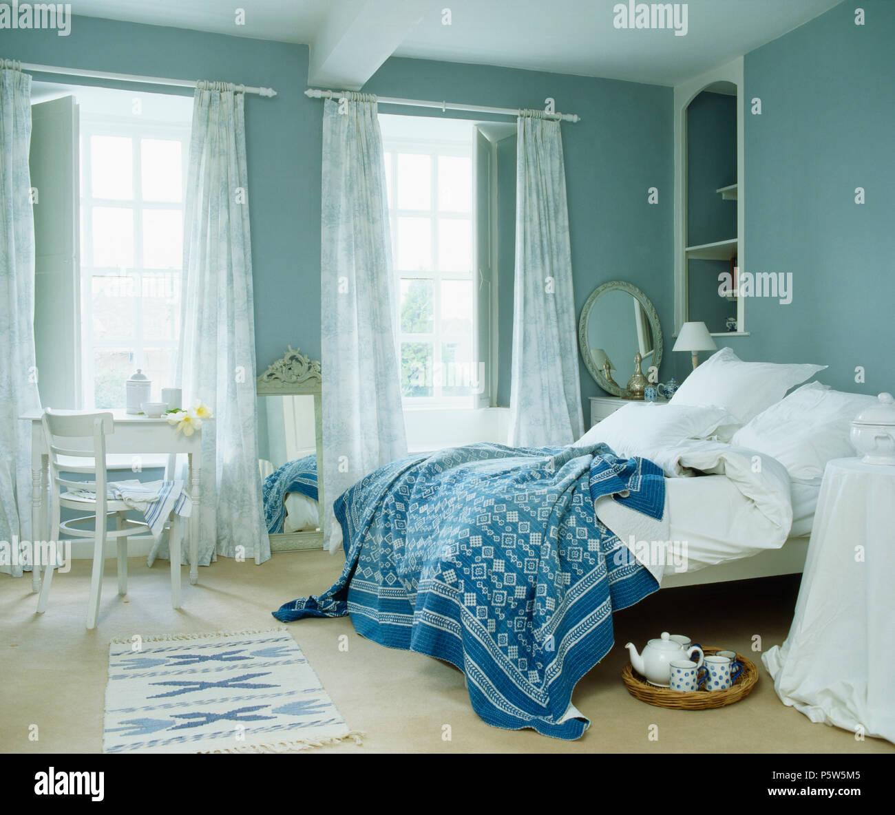 Blanc +bleu Et Blanc Jeter Oreillers Sur Lit Dans Chambre Bleue Avec Voile  Rideaux Et Volets Peints Sur Windows