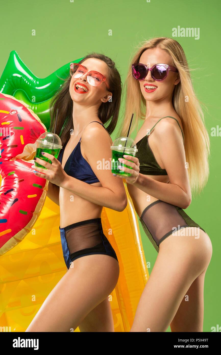 e0a47086f Jolies filles en maillot de posing at studio. Portrait d'adolescents ...