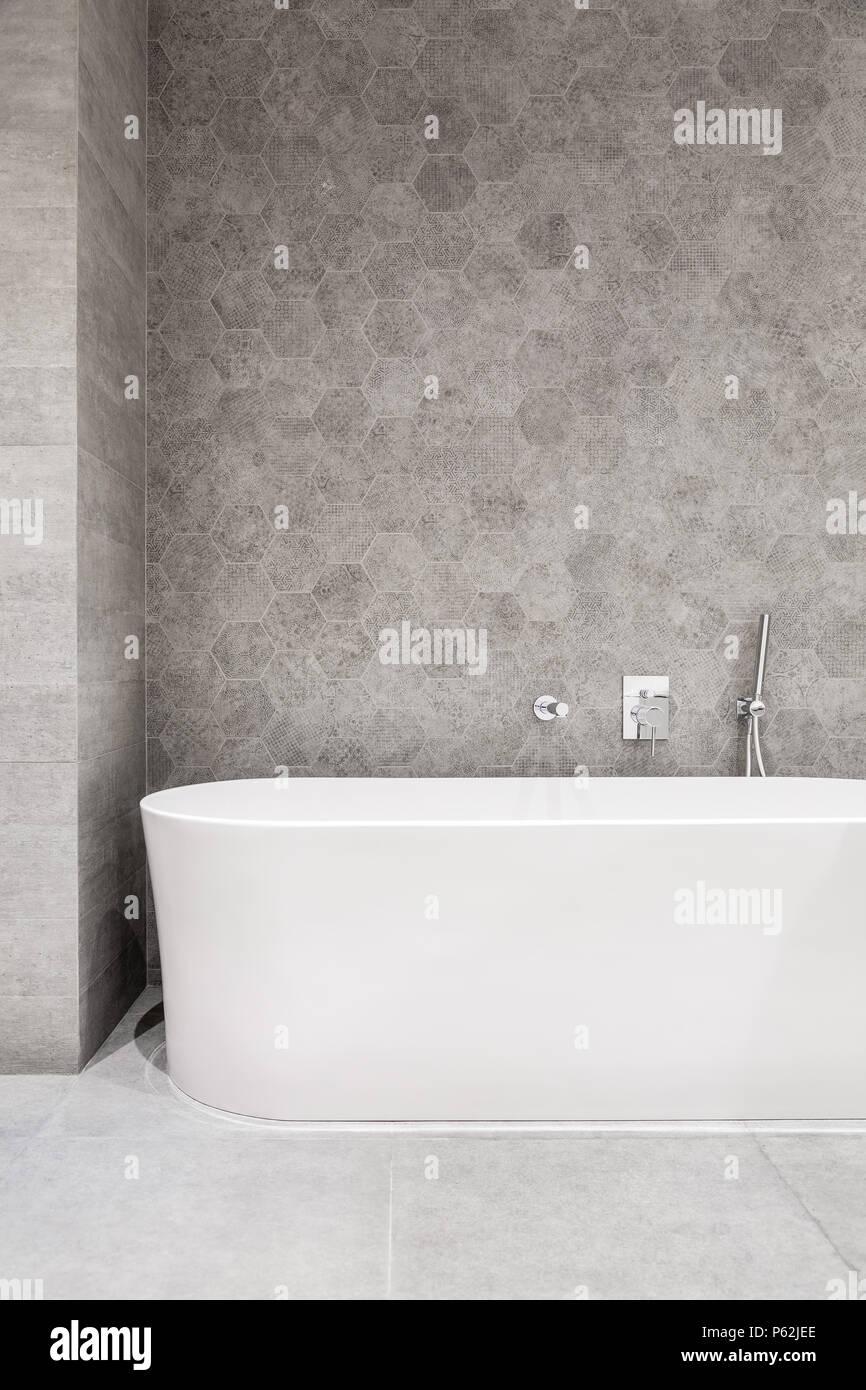 Salle de bains moderne avec baignoire et blanc gris, carreaux de mur ...
