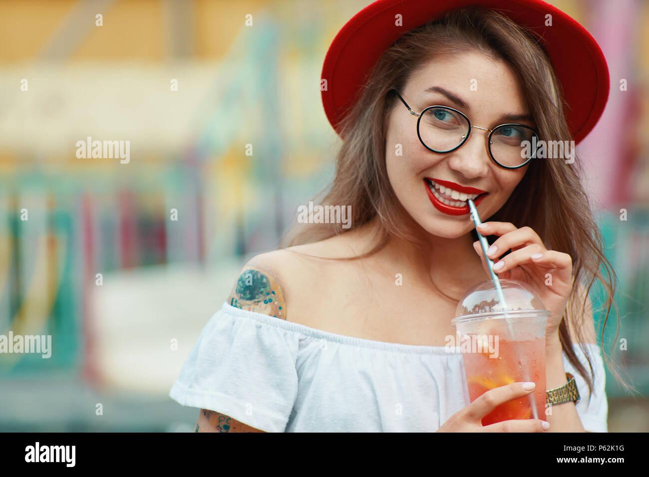 Curieux girl en attente de nouvelles de partie sur fond coloré Photo Stock