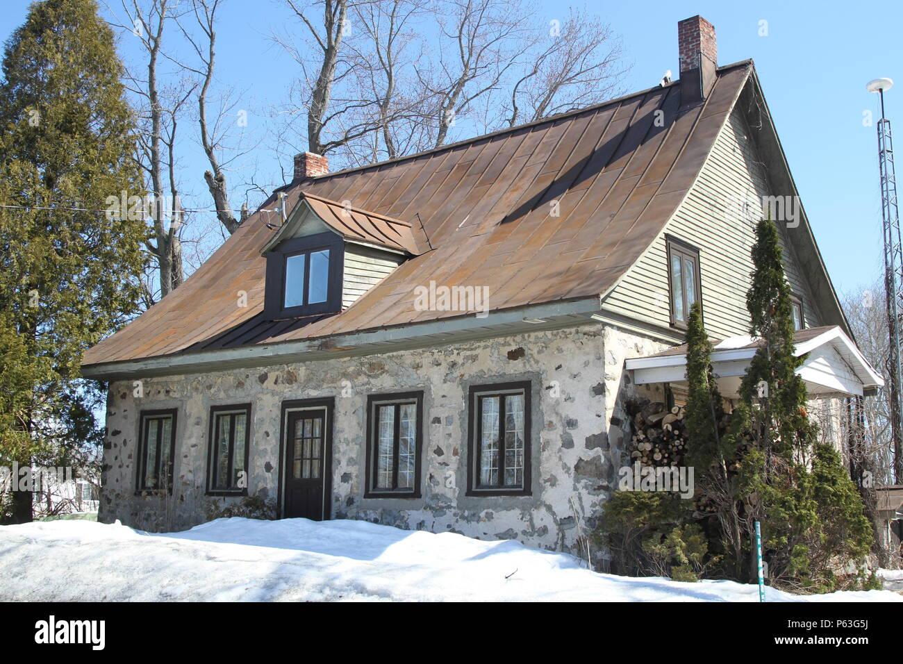 Pierre vintage victorian maison canadienne fran aise avec ses lucarnes au dessus de la porte et - Maisons canadiennes ...