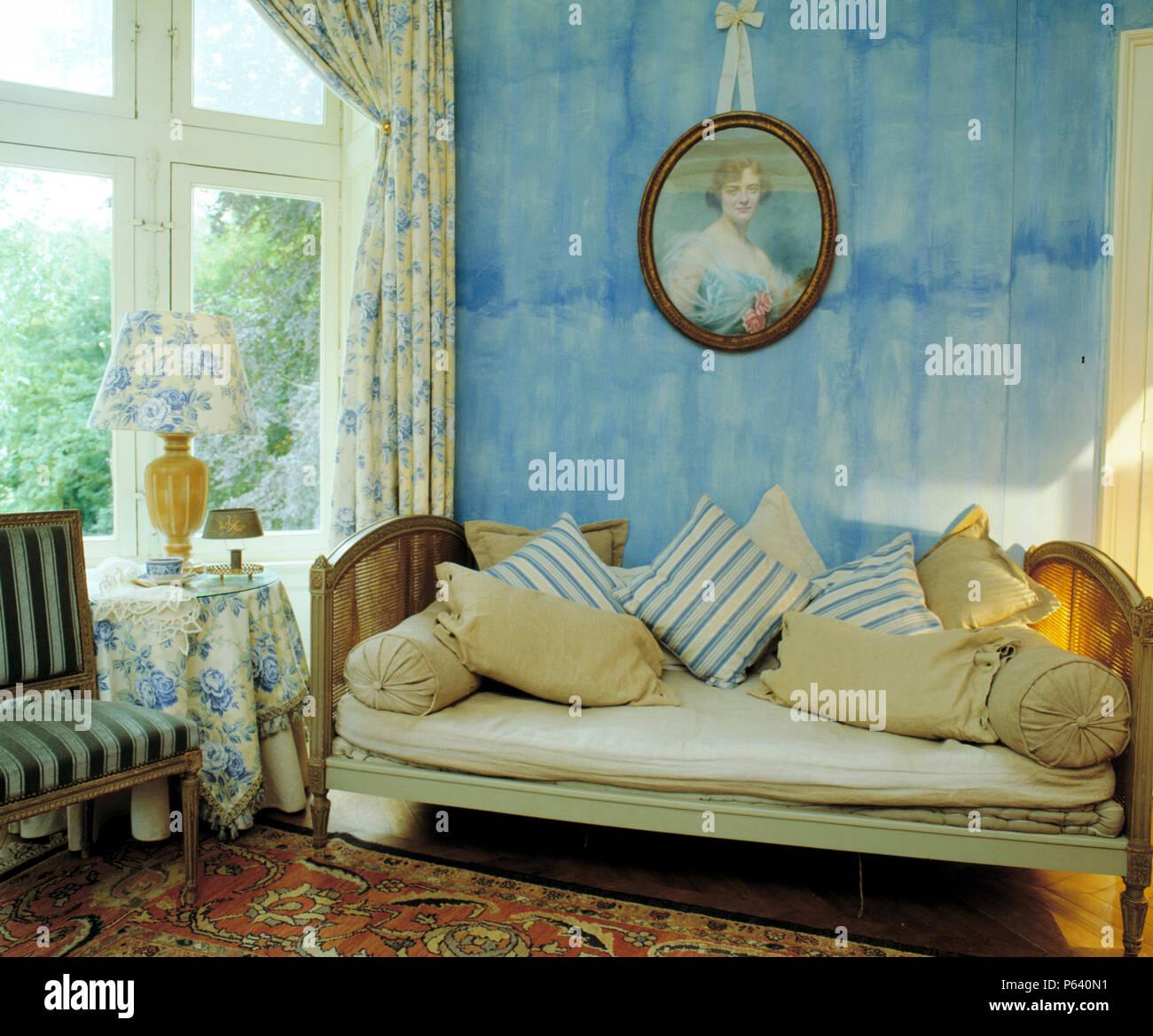 Peinture Bleu Faisant Glisser Lu0027effet Mur Avec Vintage Portrait Au Dessus  De Lit De Jour En Français En Français Salon Avec Des Rideaux Bleu