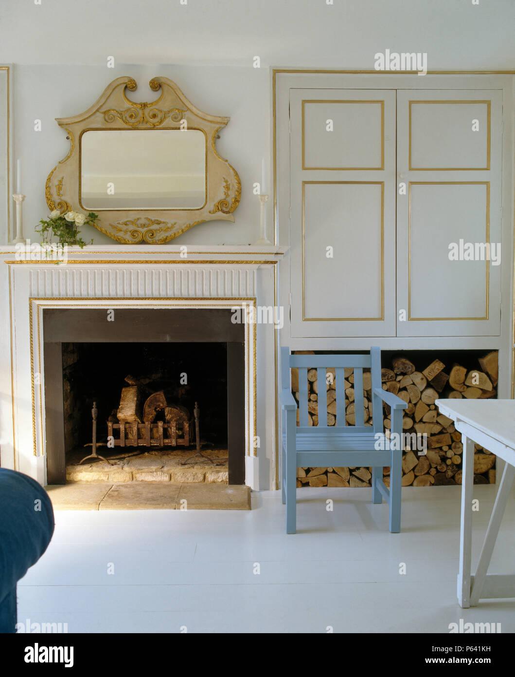 Miroir en bois orné au-dessus de cheminée dans un salon contemporain ...