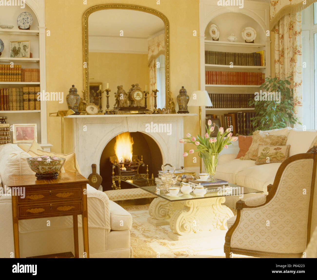 Miroir Salle De Sejour grand miroir doré au-dessus de cheminée avec le feu allumé