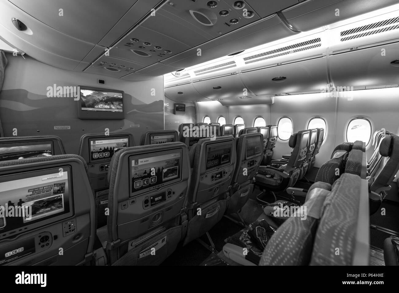 lintrieur dune conomie de classe le plus grand avion airbus a380 la compagnie arienne emirates noir et blanc ila berlin air show exhibition 2018