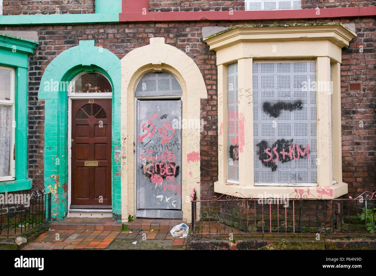 Maisons placardées dans le quartier de Kensington de Liverpool UK Banque D'Images