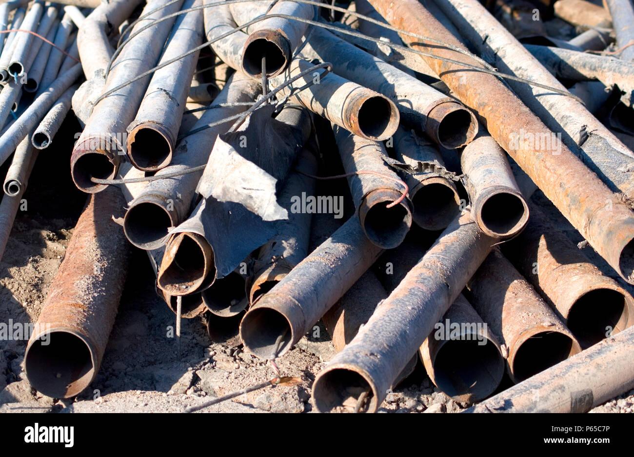 Pile de tuyaux cassés Banque D'Images