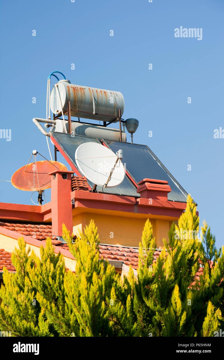 Les chauffe-eau solaires sur des maisons à Teos, dans l'ouest de la Turquie. Photo Stock